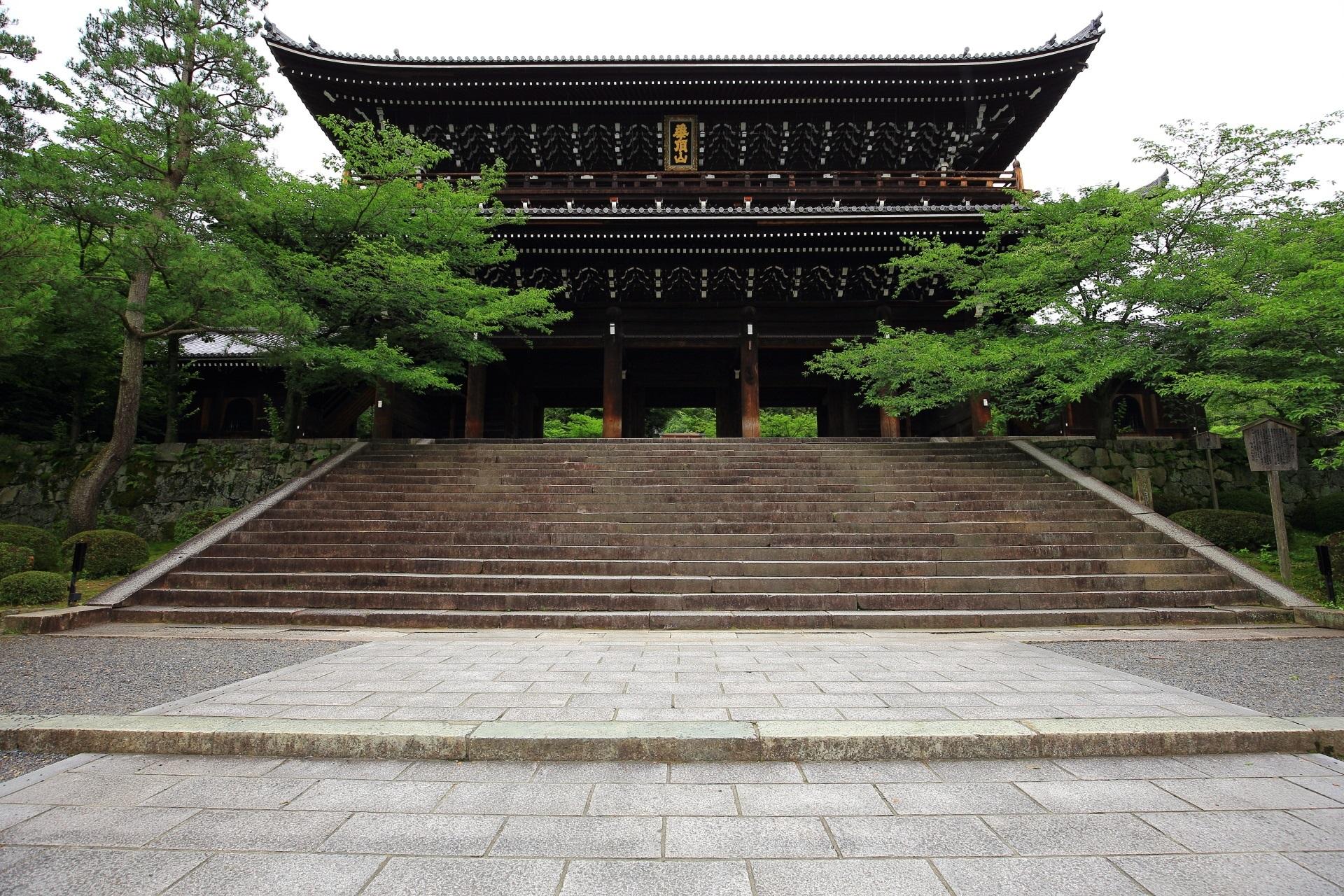 知恩院の巨大な三門