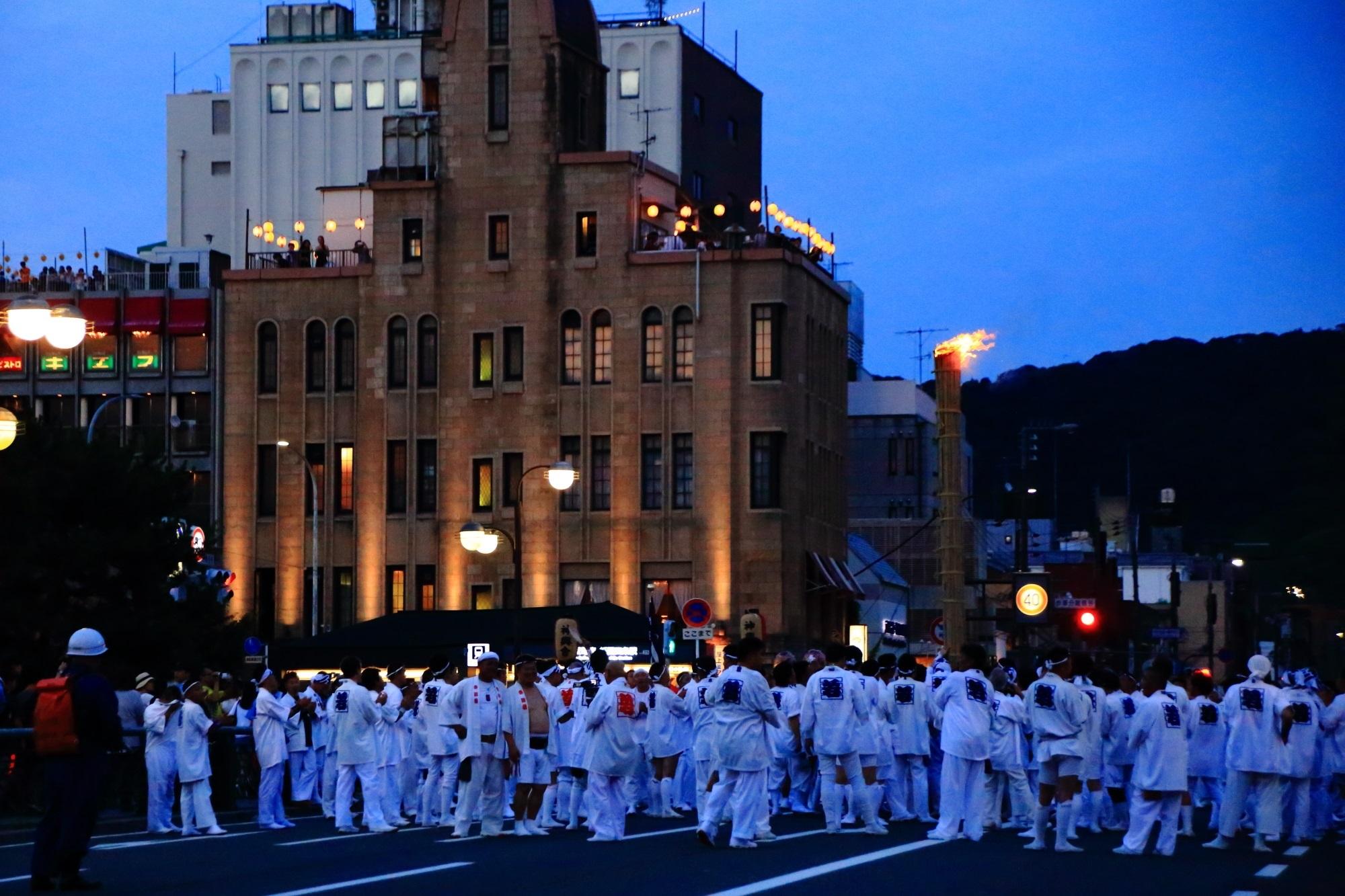 祇園祭 神輿洗・お迎提灯 清めの松明と鴨川