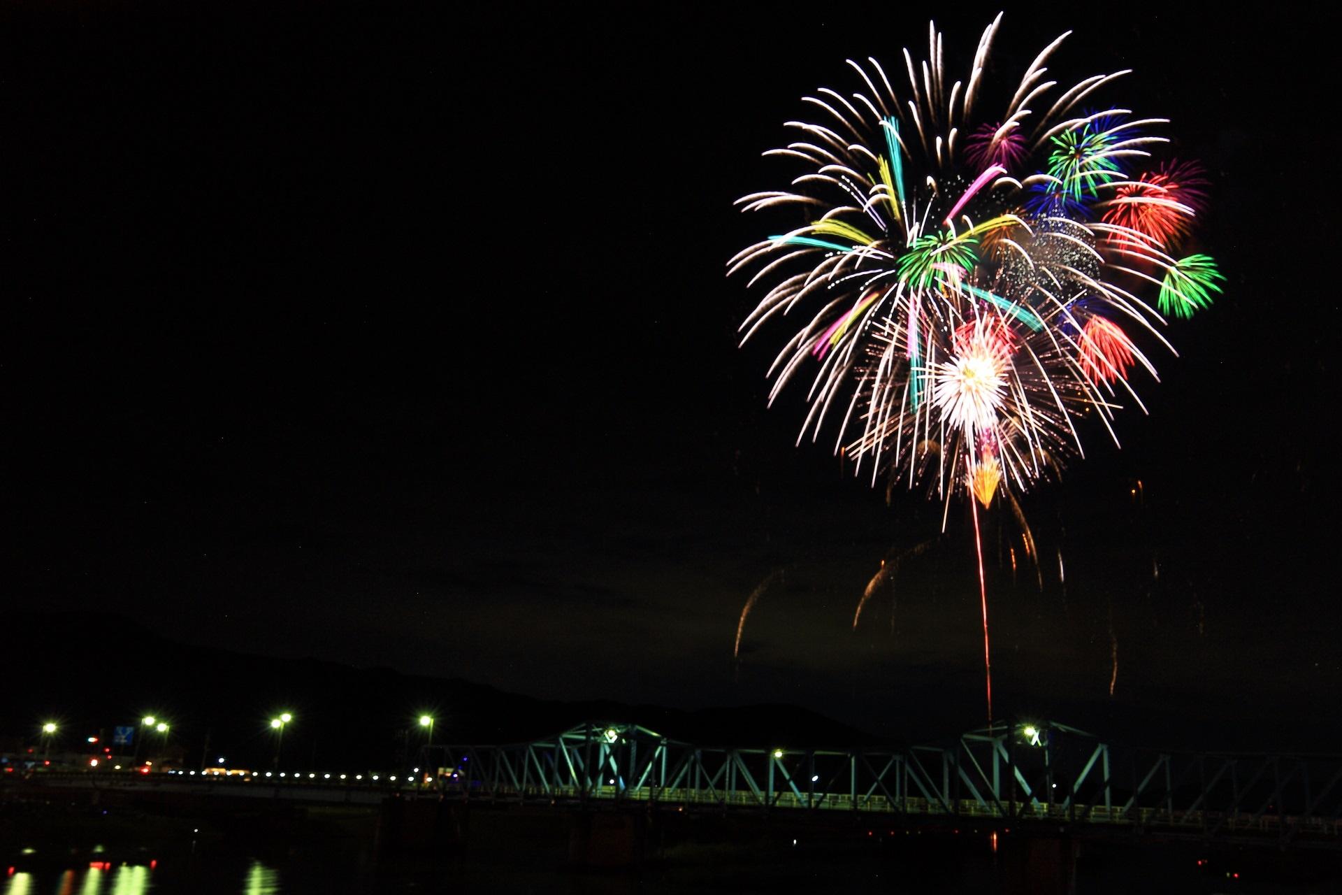 大堰橋と大堰川と花火