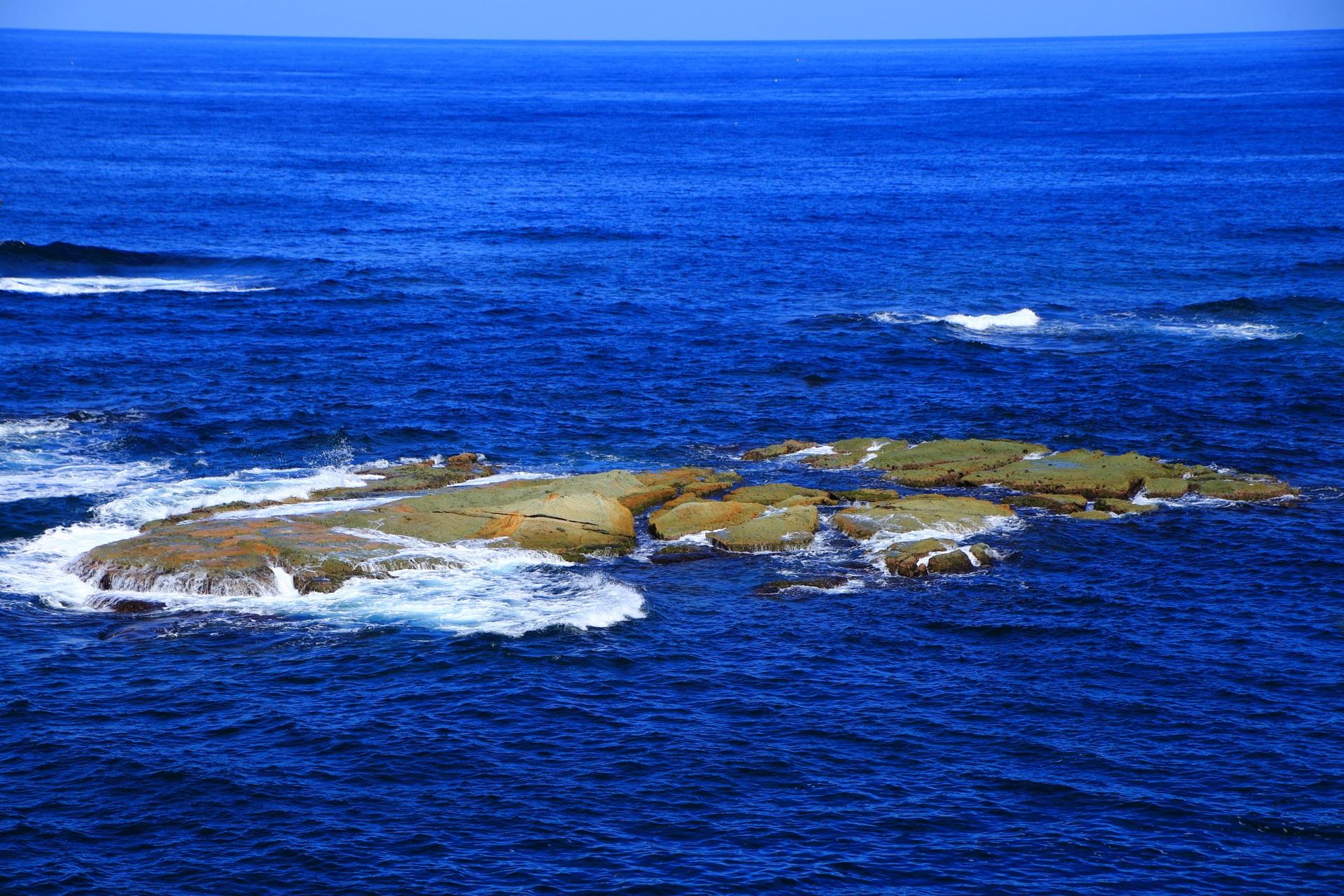 地球の力で出来た平ぺったい岩