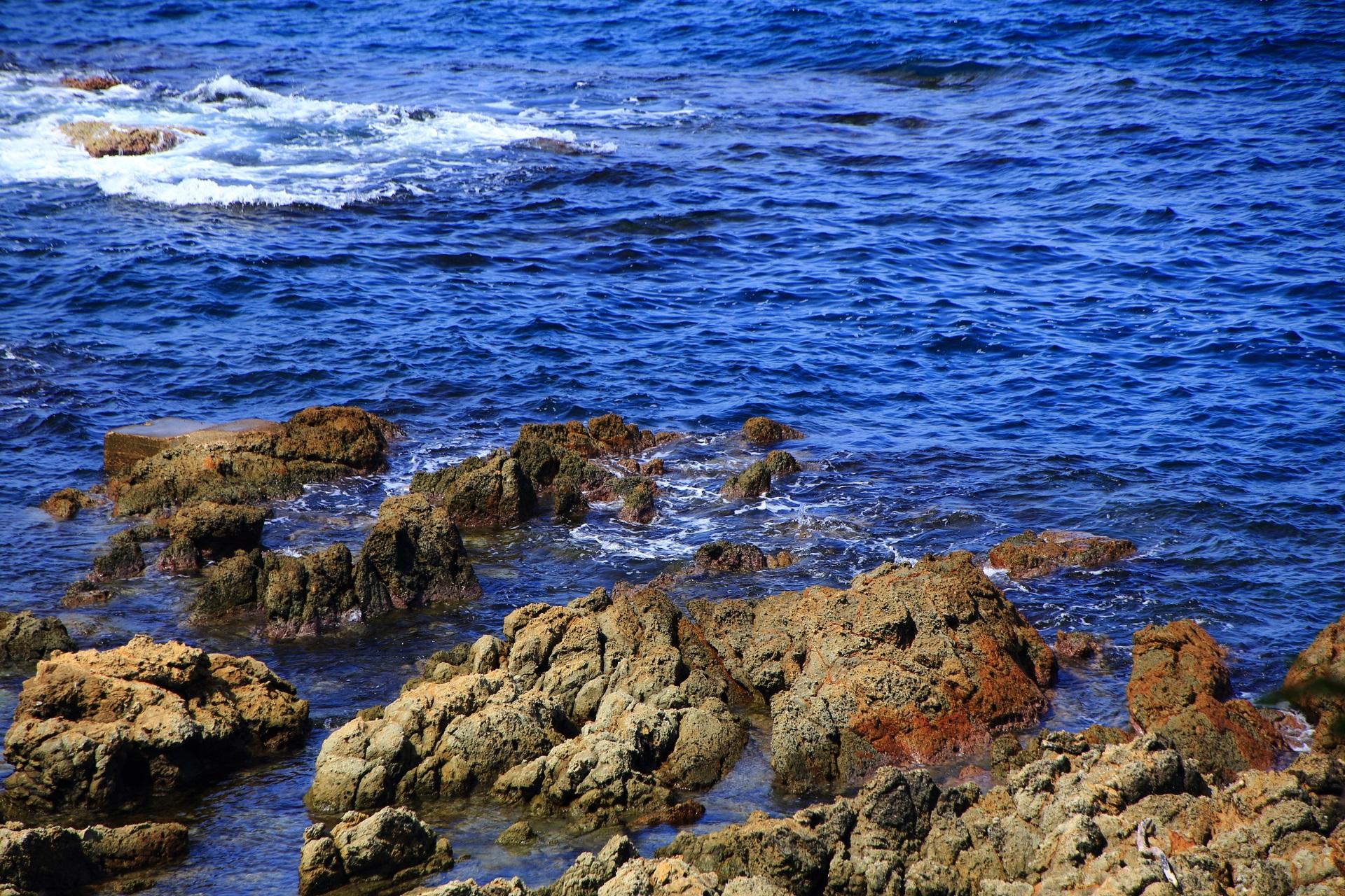 五色浜の岸沿いのゴツゴツした岩