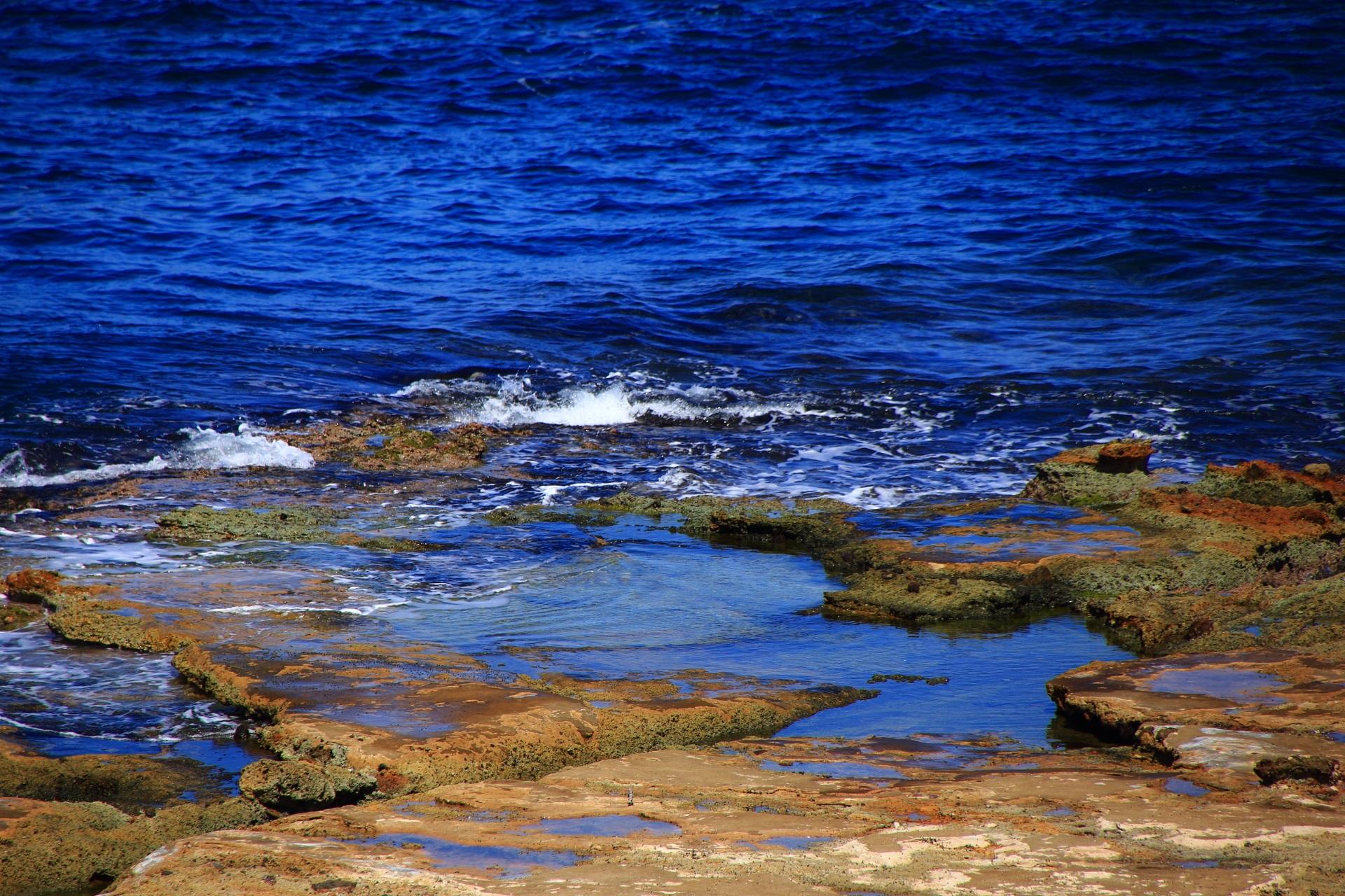 波が打ち寄せ海水が溜まる京丹後の五色浜