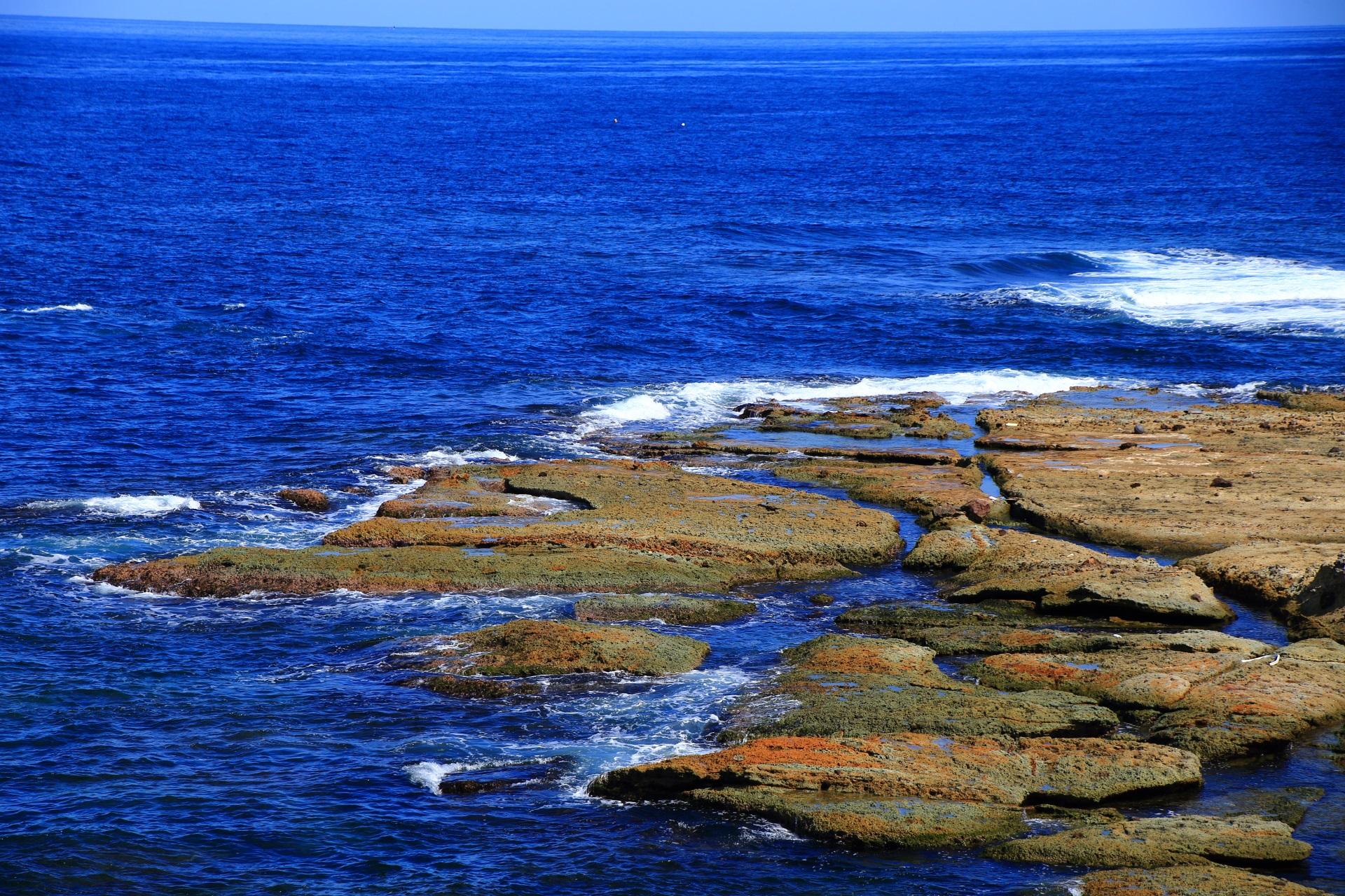 五色浜のカマヤの前の岩と海