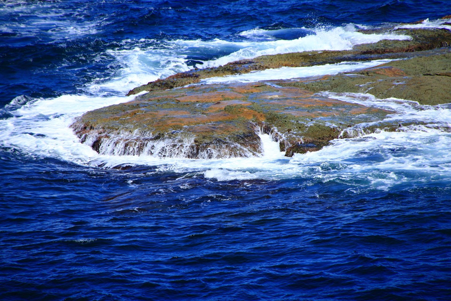 何百年も繰り返し波が打ち寄せる平らな岩