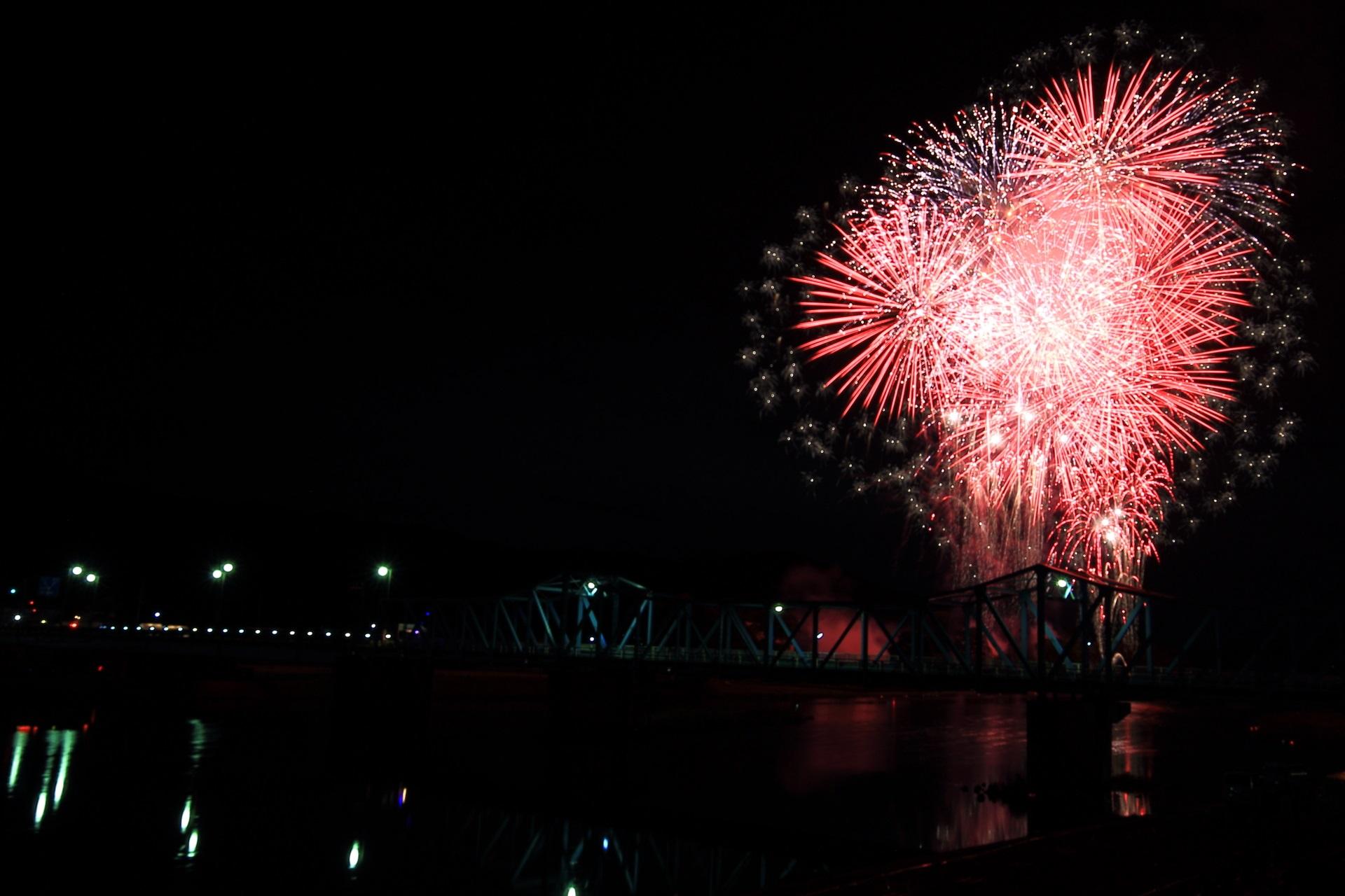 南丹市の夜空をそめる花火