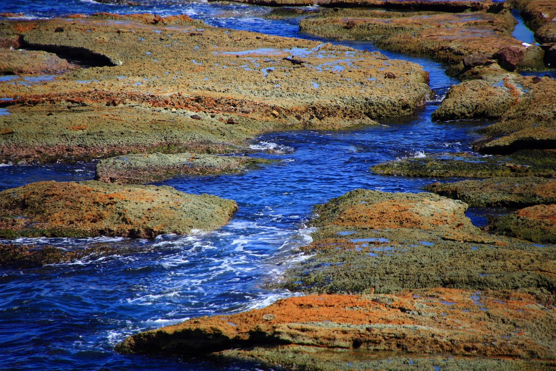 水路が通る五色浜の岩場