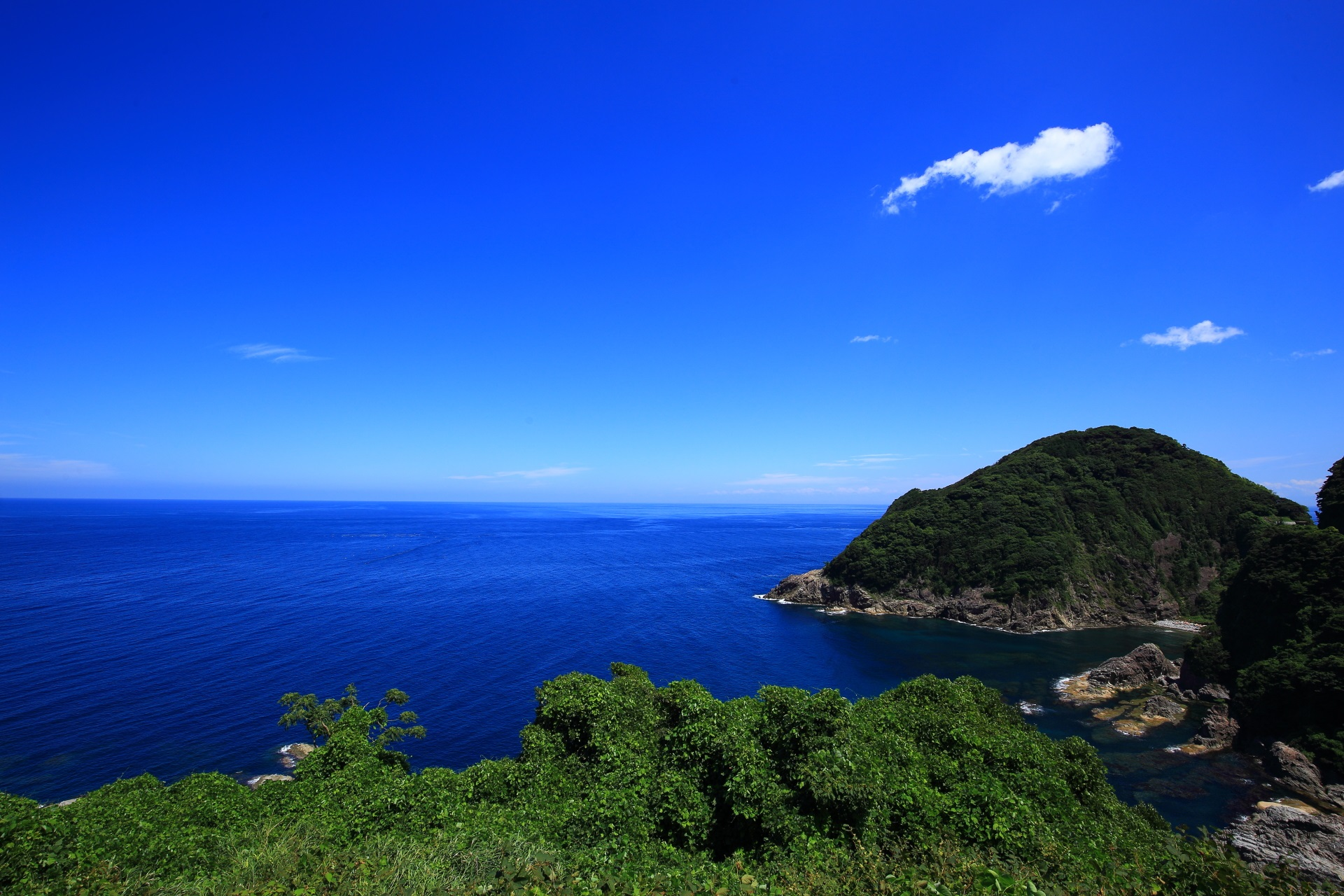 見事な青空と日本海が開けるカマヤ海岸