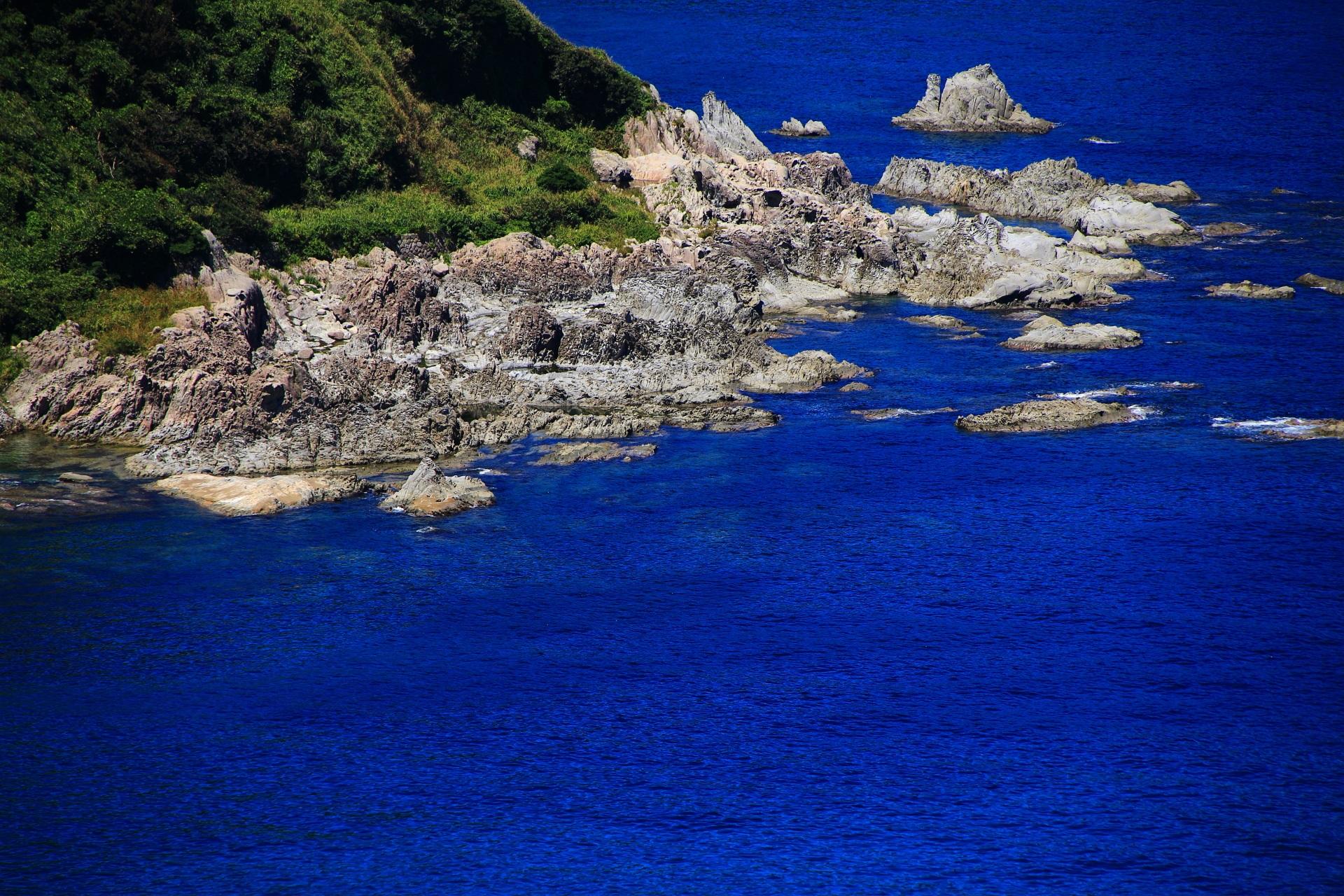 カマヤ海岸の日本海の荒波に晒され削られた岩場