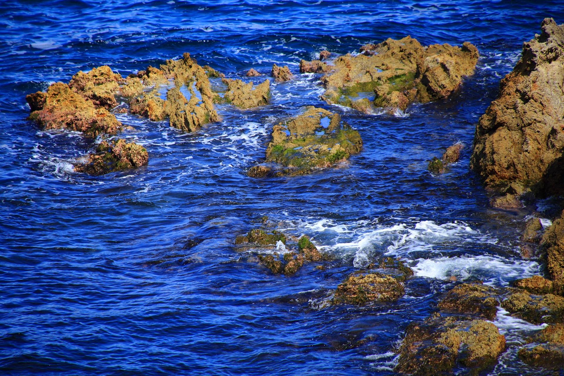 芸術的な岩と美しい海