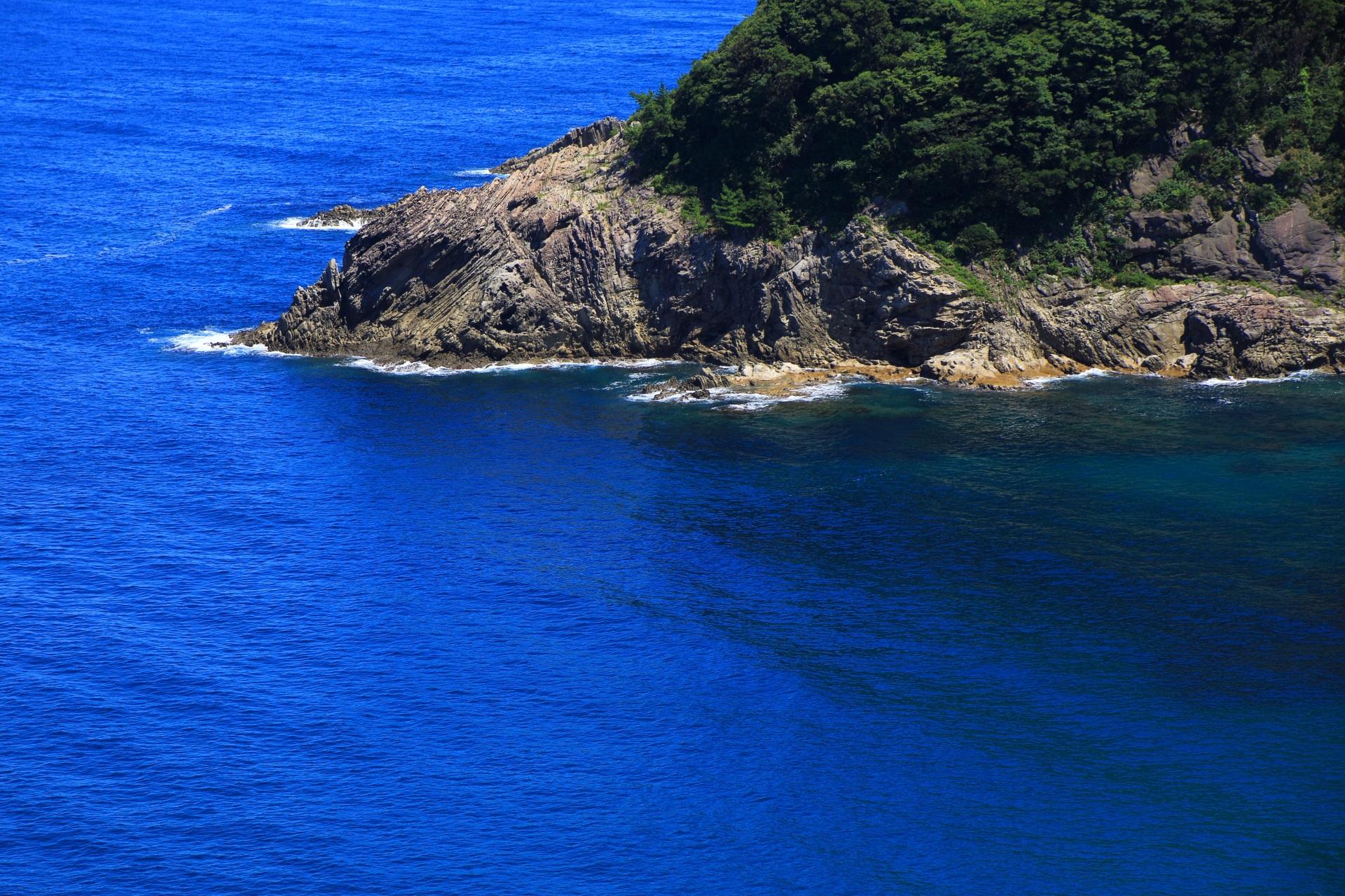 蒲入の長い年月をかけて削られた険しい岩場と綺麗な海