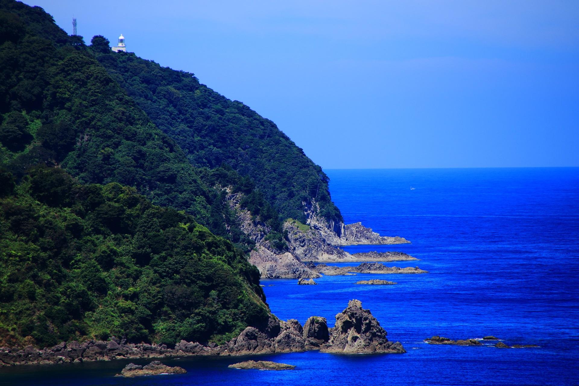 カマヤ海岸から眺める経ヶ岬と白い経ヶ岬灯台