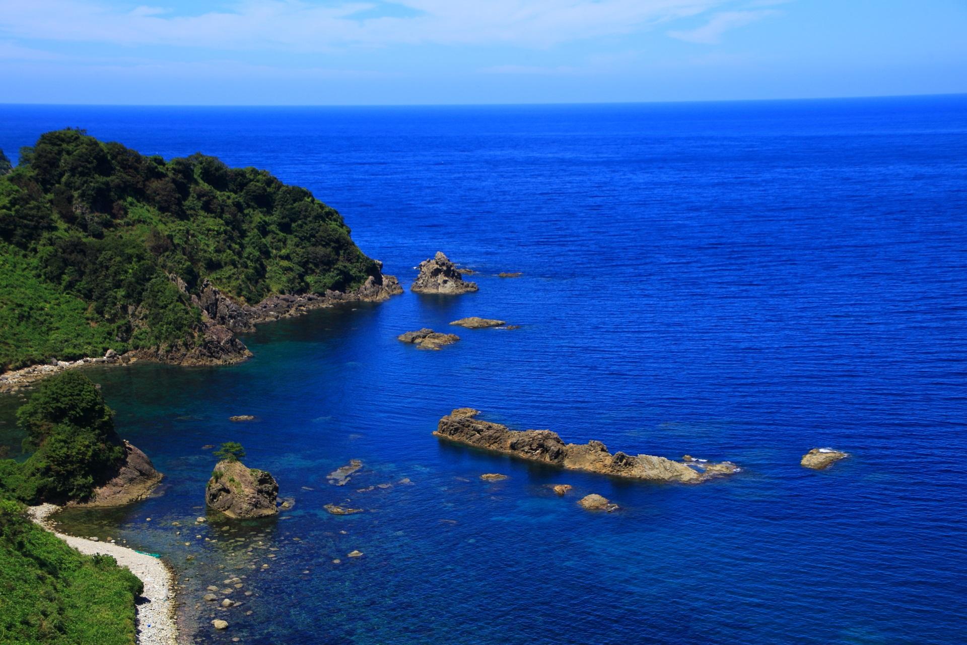 カマヤ海岸の一文字の細長い岩と不思議な海の光景