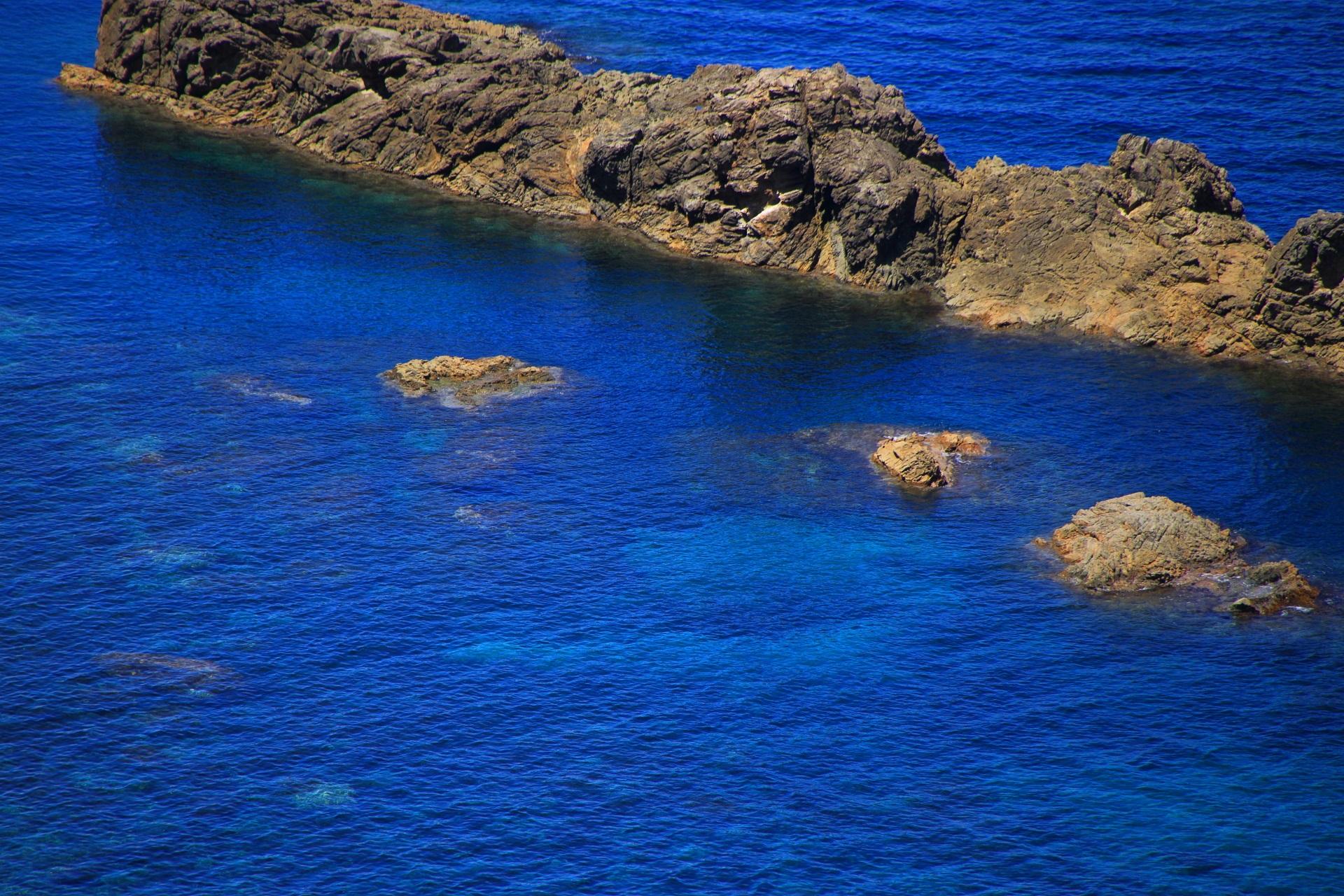 見事な青色の海と一文字の岩