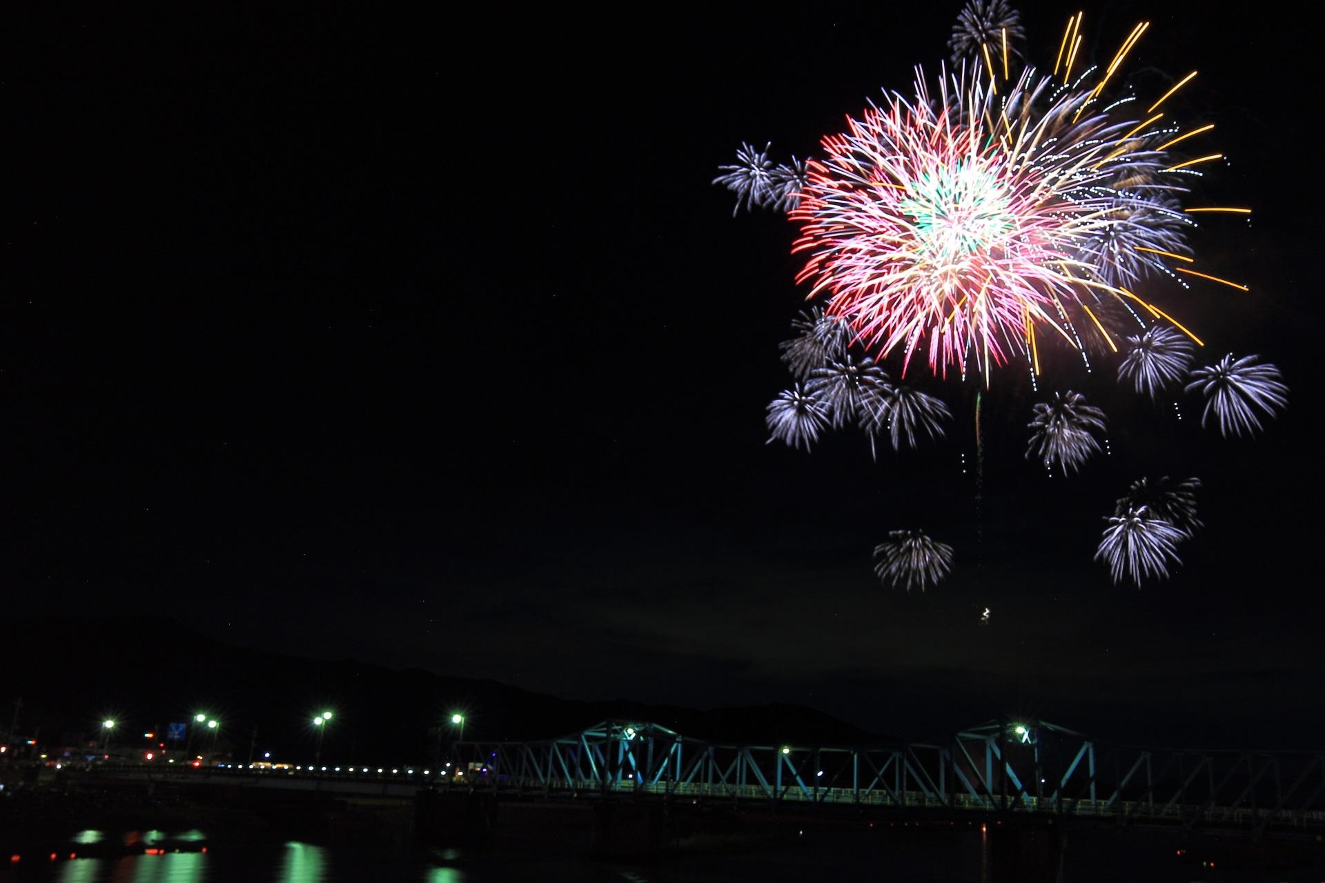 打上げ花火と大堰橋