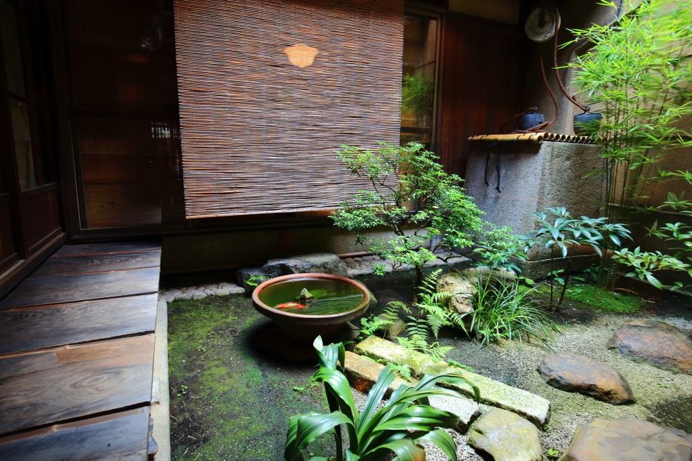 飛び石の配された緑のある古風な栖園の中庭
