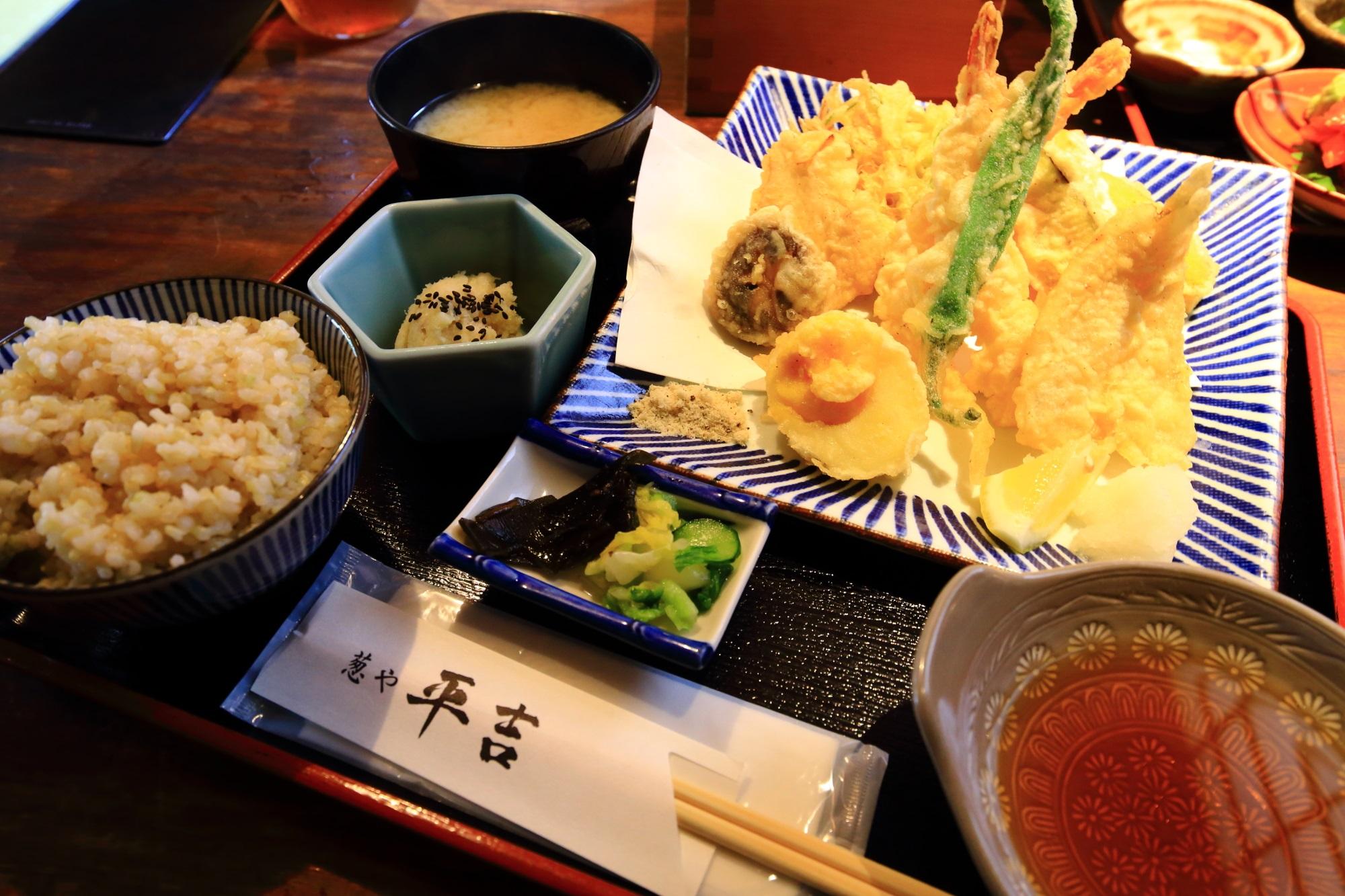御飯とお味噌汁お代わり自由の葱や平吉の天ぷら定食