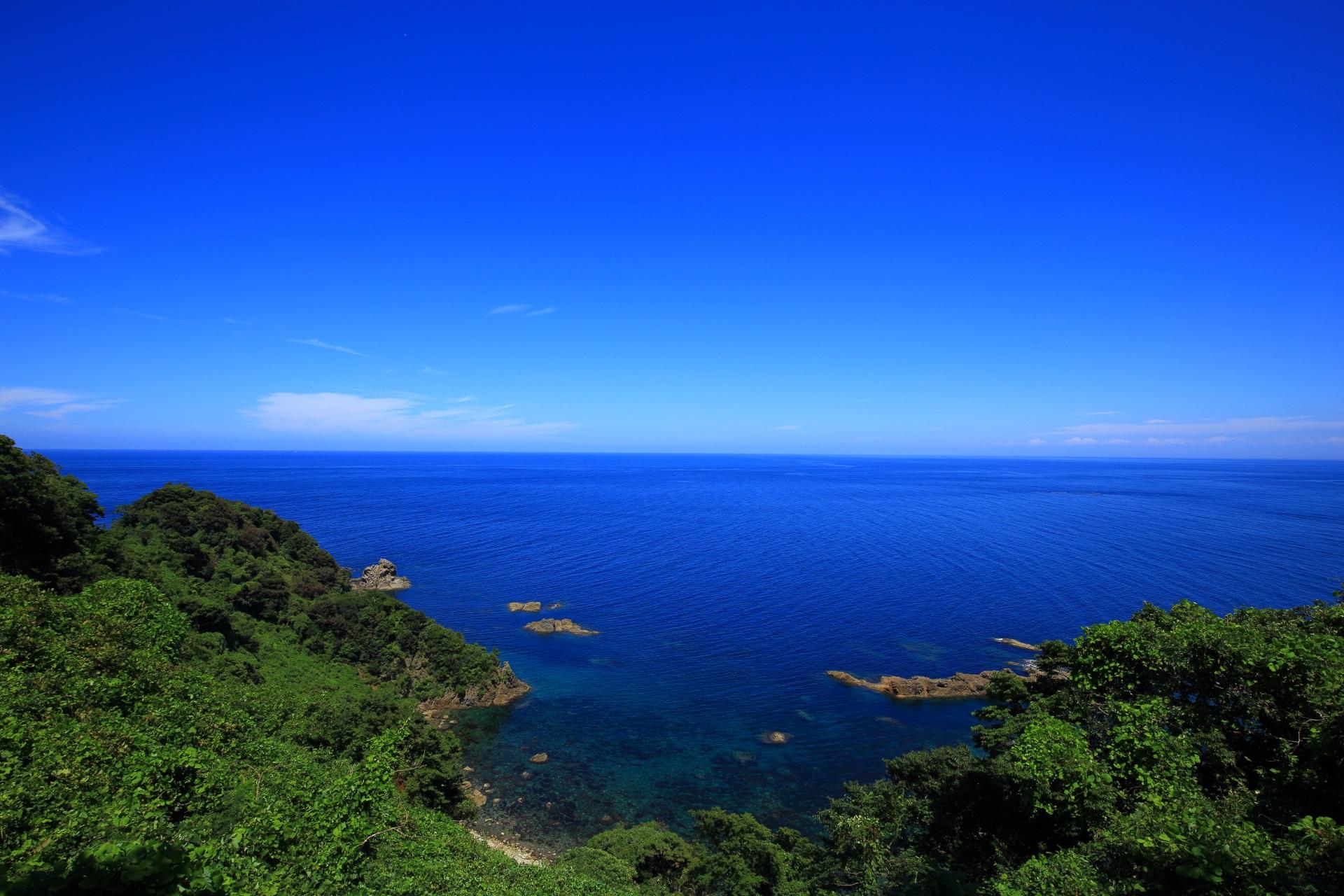 一文字の細長い岩が少し南に見える丹後半島の海と空の絶品の景色