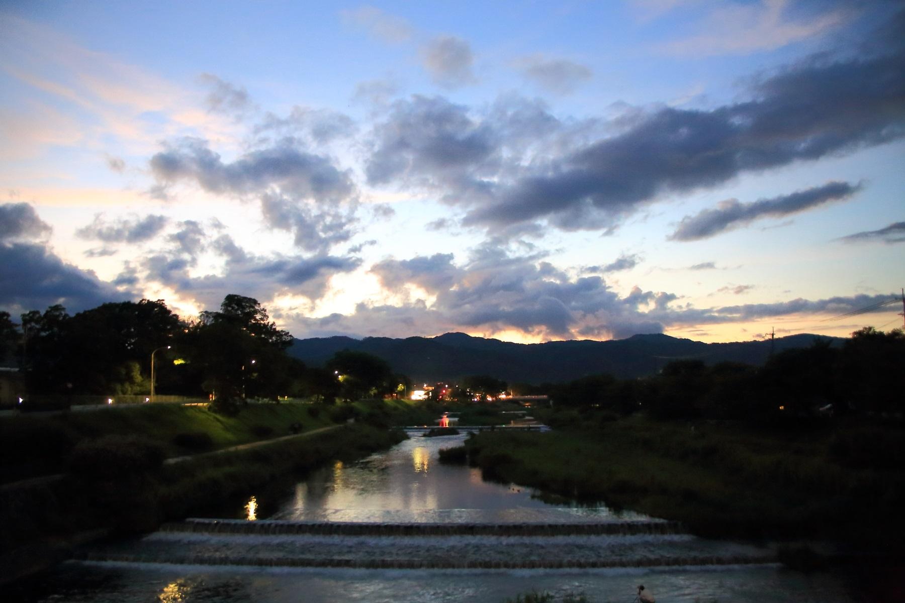 夕暮れの賀茂川と西賀茂船山
