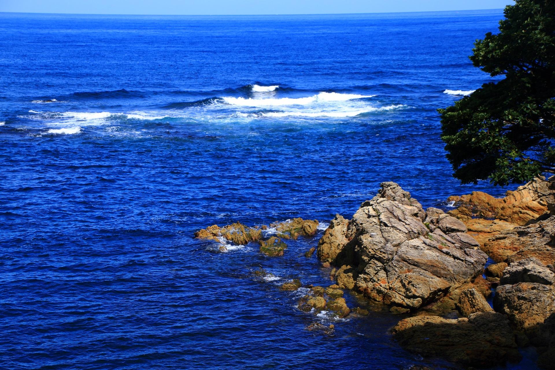 広がる青い日本海と大きな岩
