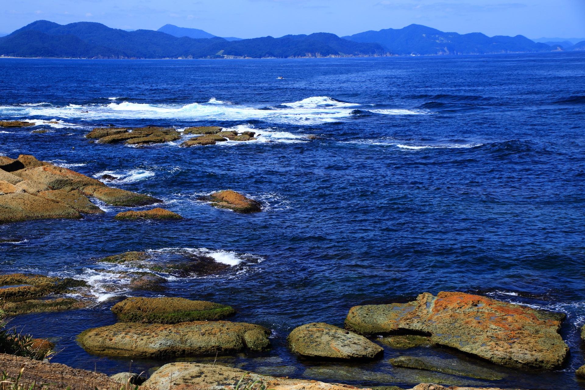 綺麗な日本海といろんな形をした五色浜の岩