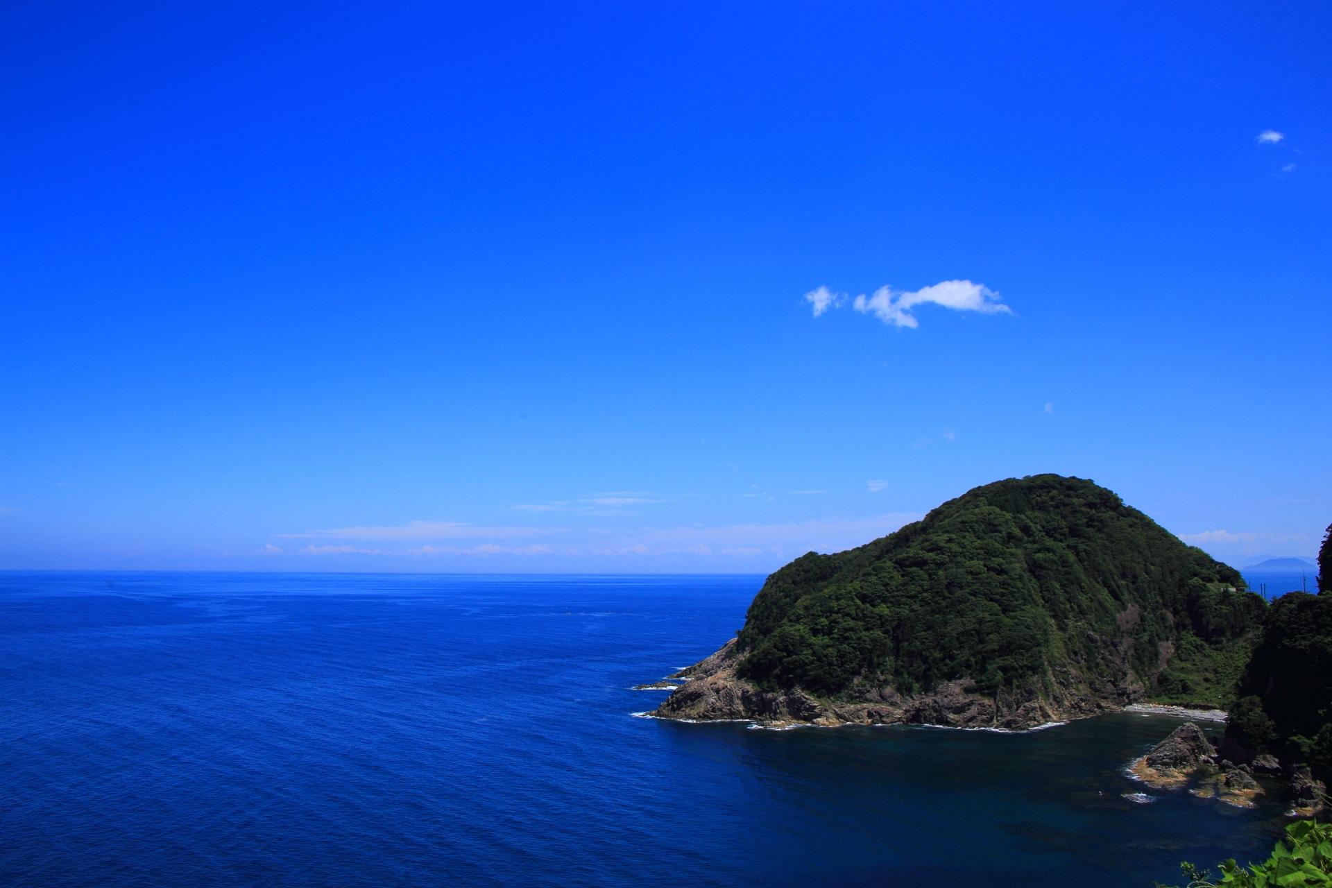 丹後半島の何処までも広がる青空と日本海