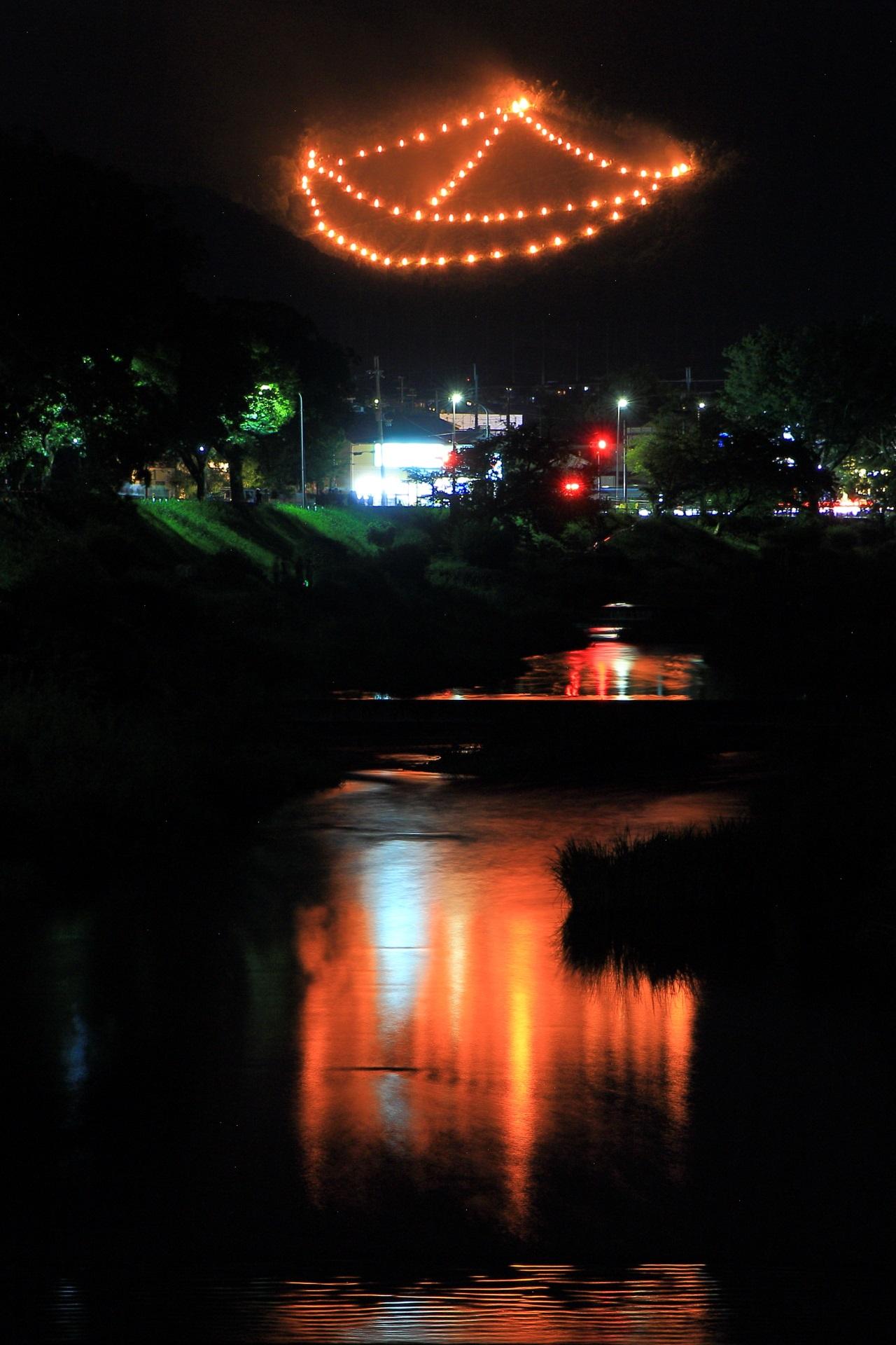 舟形の炎と水鏡