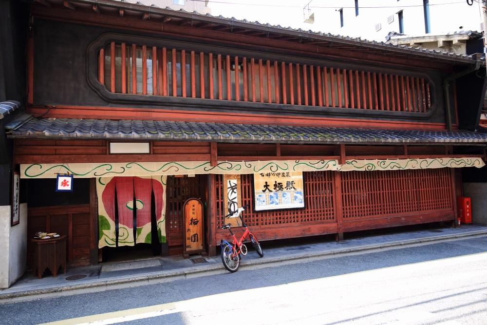 暖簾が変わる立派な京町家の外観の栖園(せいえん)