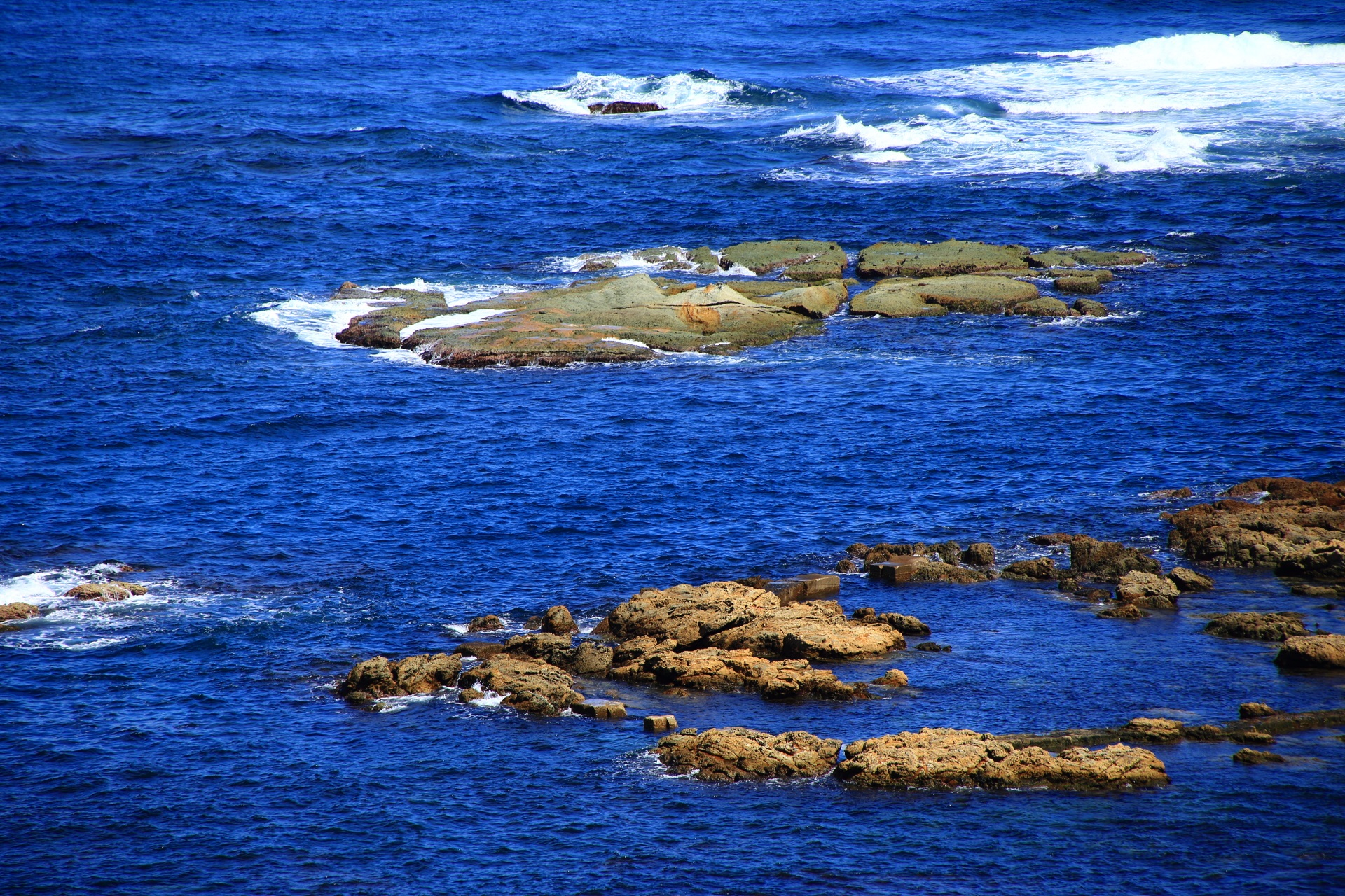 五色浜付近の日本海に浮かぶ様々な岩