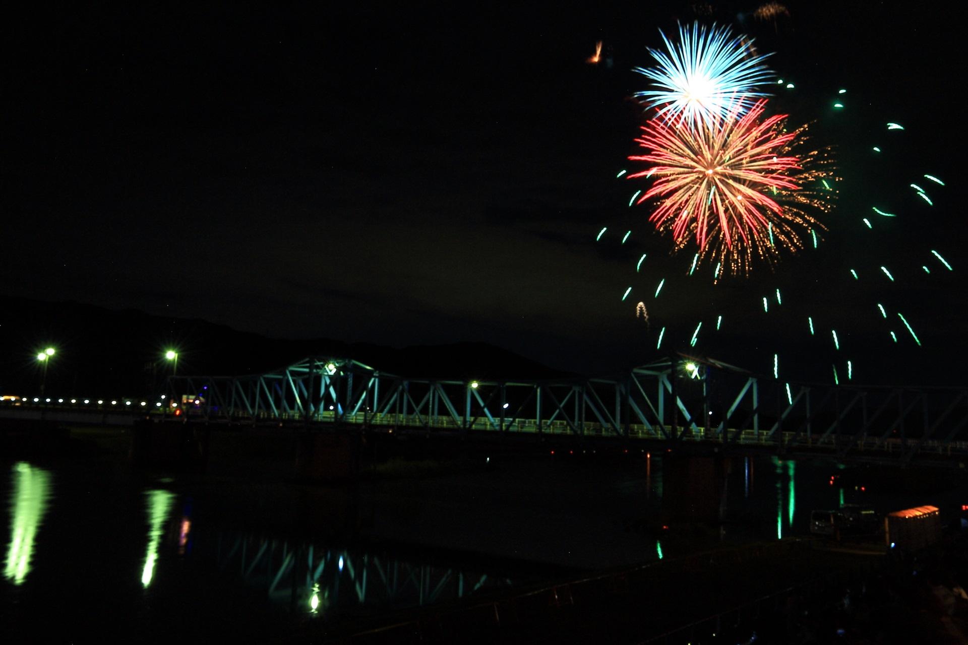 大堰橋と色とりどりの花火