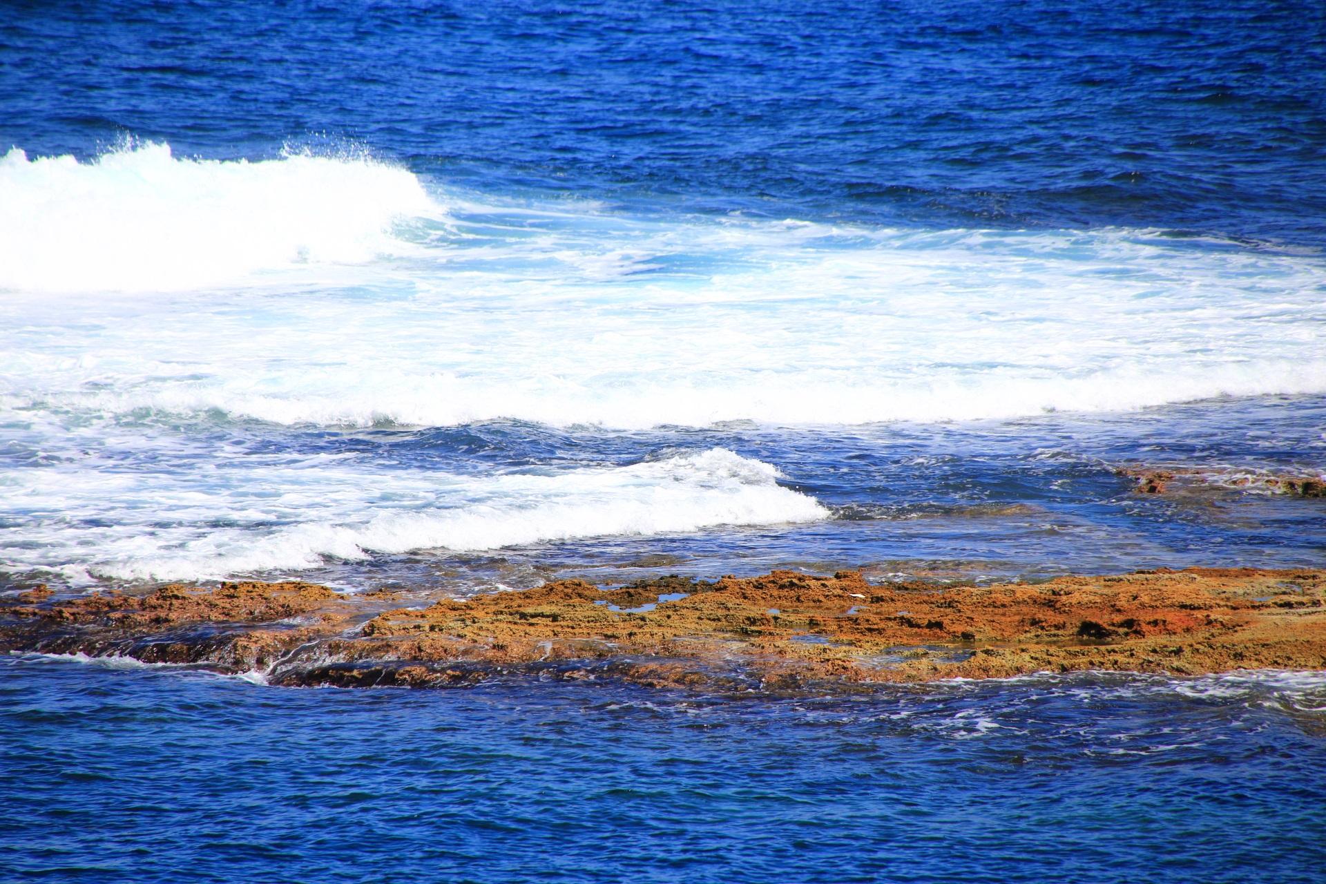京丹後の五色浜の表面が粗い岩