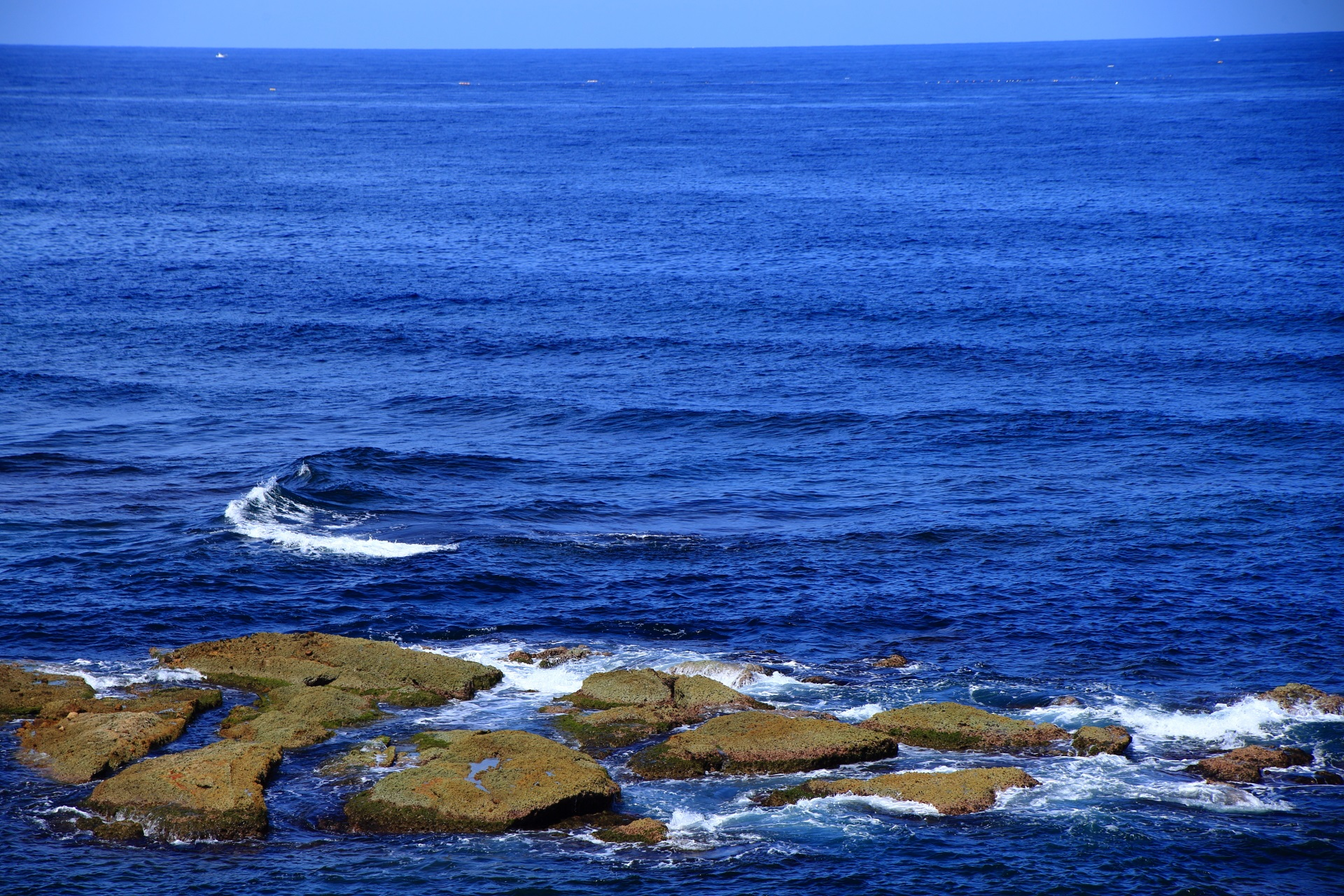 青く美しい海と不思議な岩