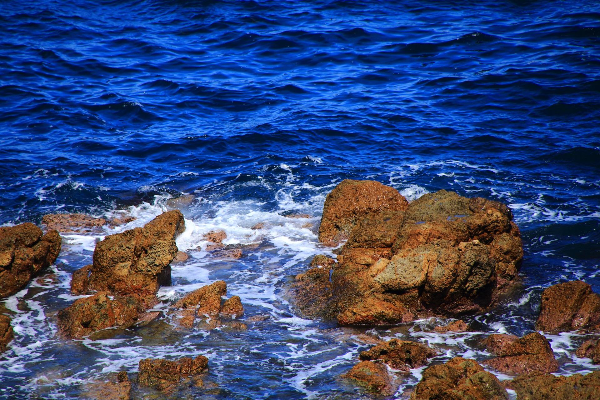 波によって創られたいろんな形の岩