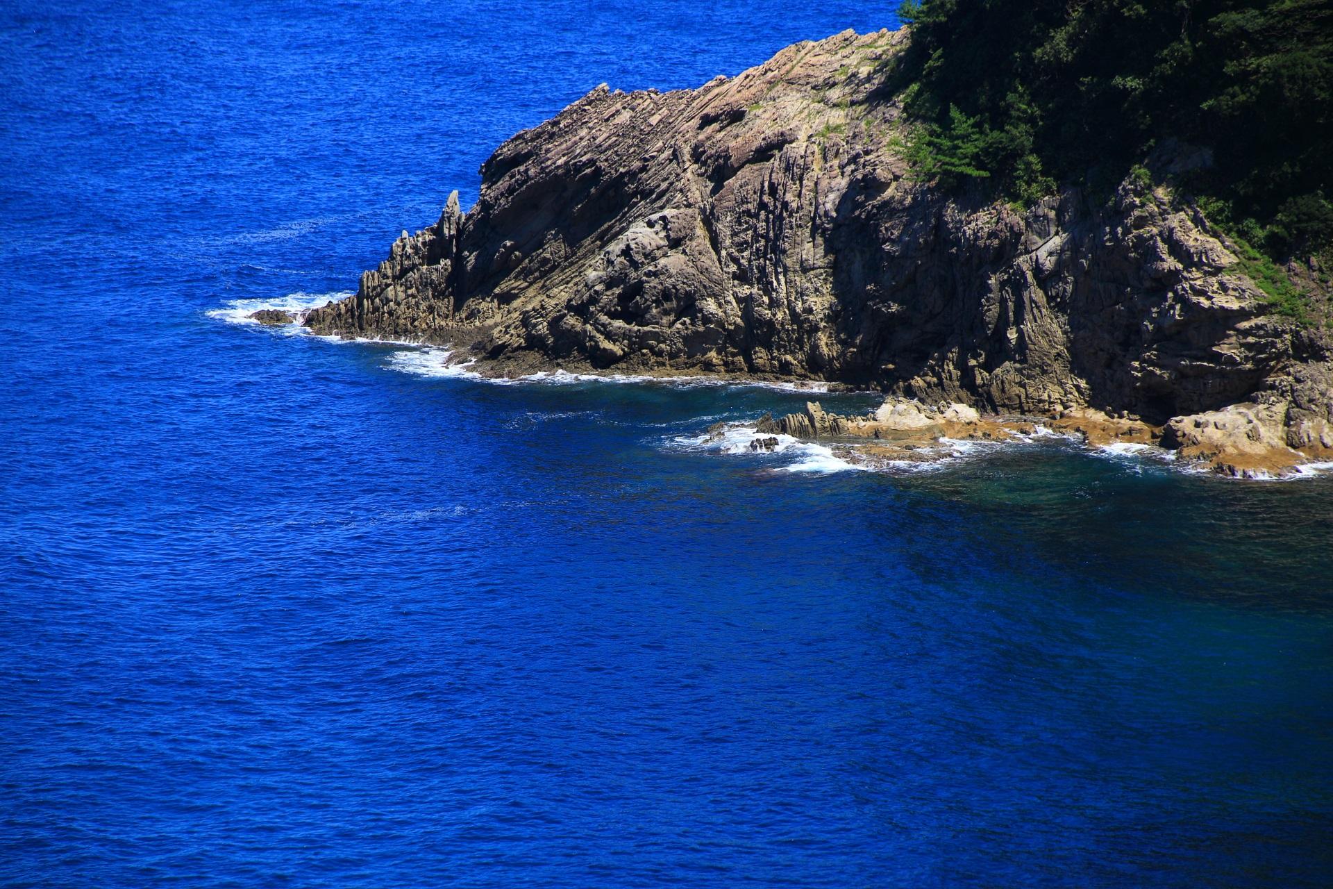 カマヤ海岸の波に削られた険しい岩場
