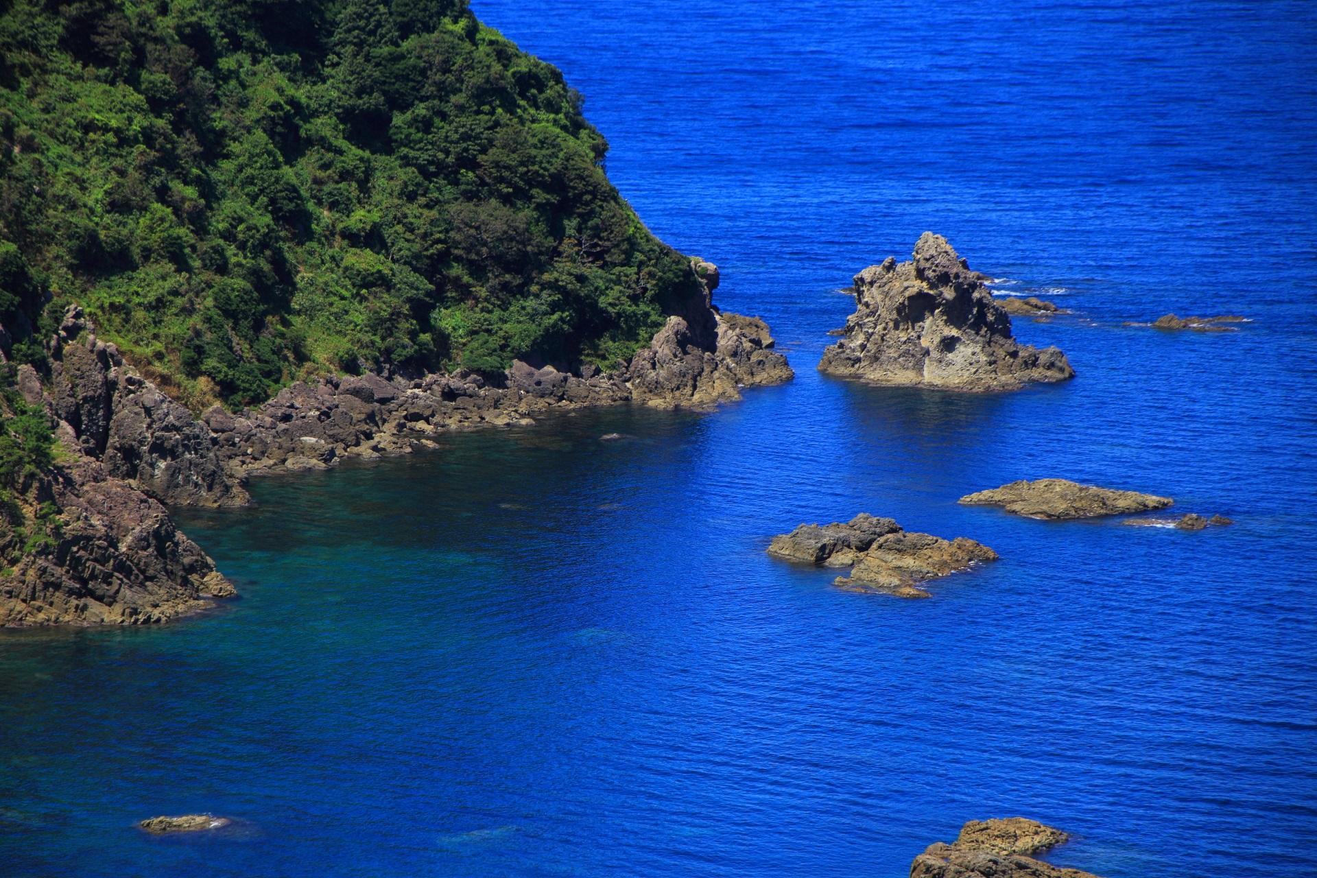 地球の力によって創られたゴロゴロした岩と美しい海