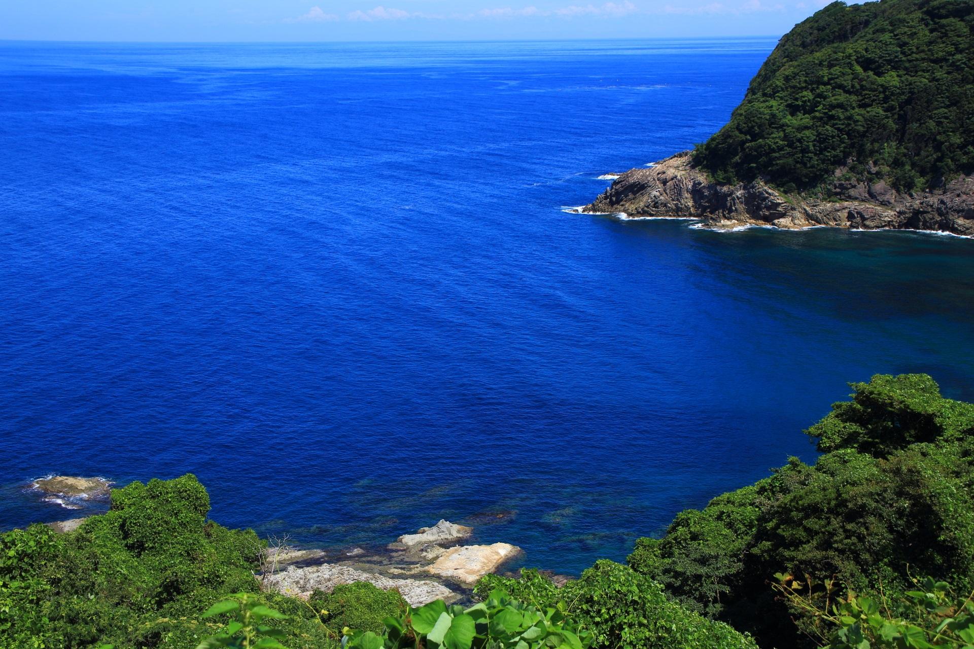 カマヤ海岸の見事なコバルトブルーの日本海