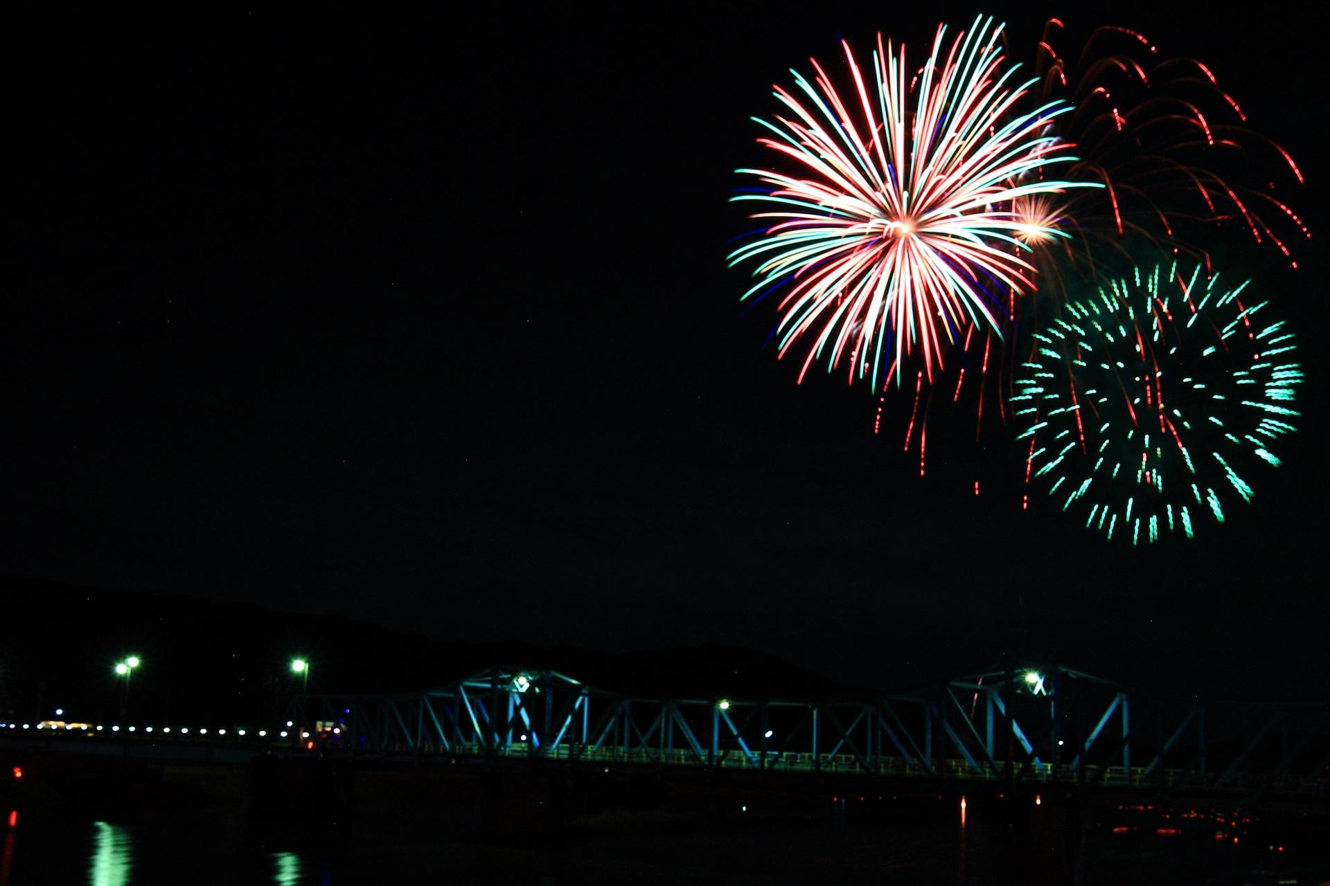 南丹市の大堰橋と打ち上げ花火