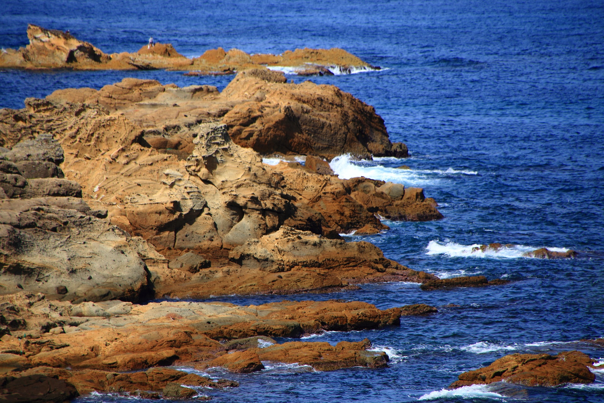 日本海の荒波に晒され削られた岩