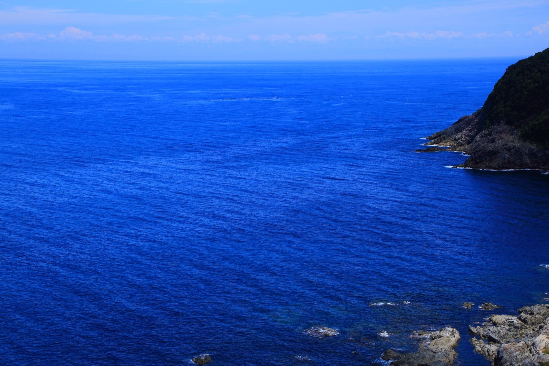 眼下に広がる穏やかな青い日本海