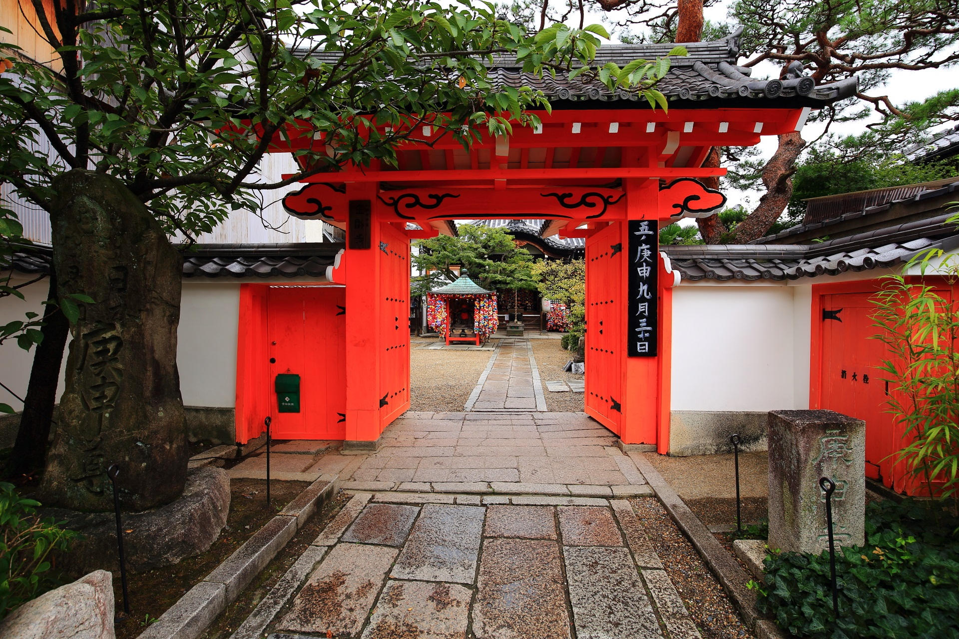 八坂庚申堂の朱色の綺麗な表門