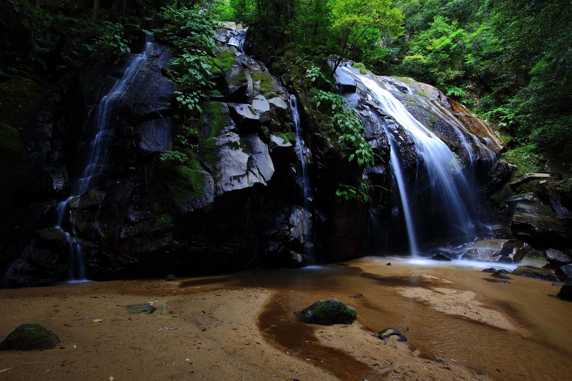 岩と緑と水が美しい金引の滝