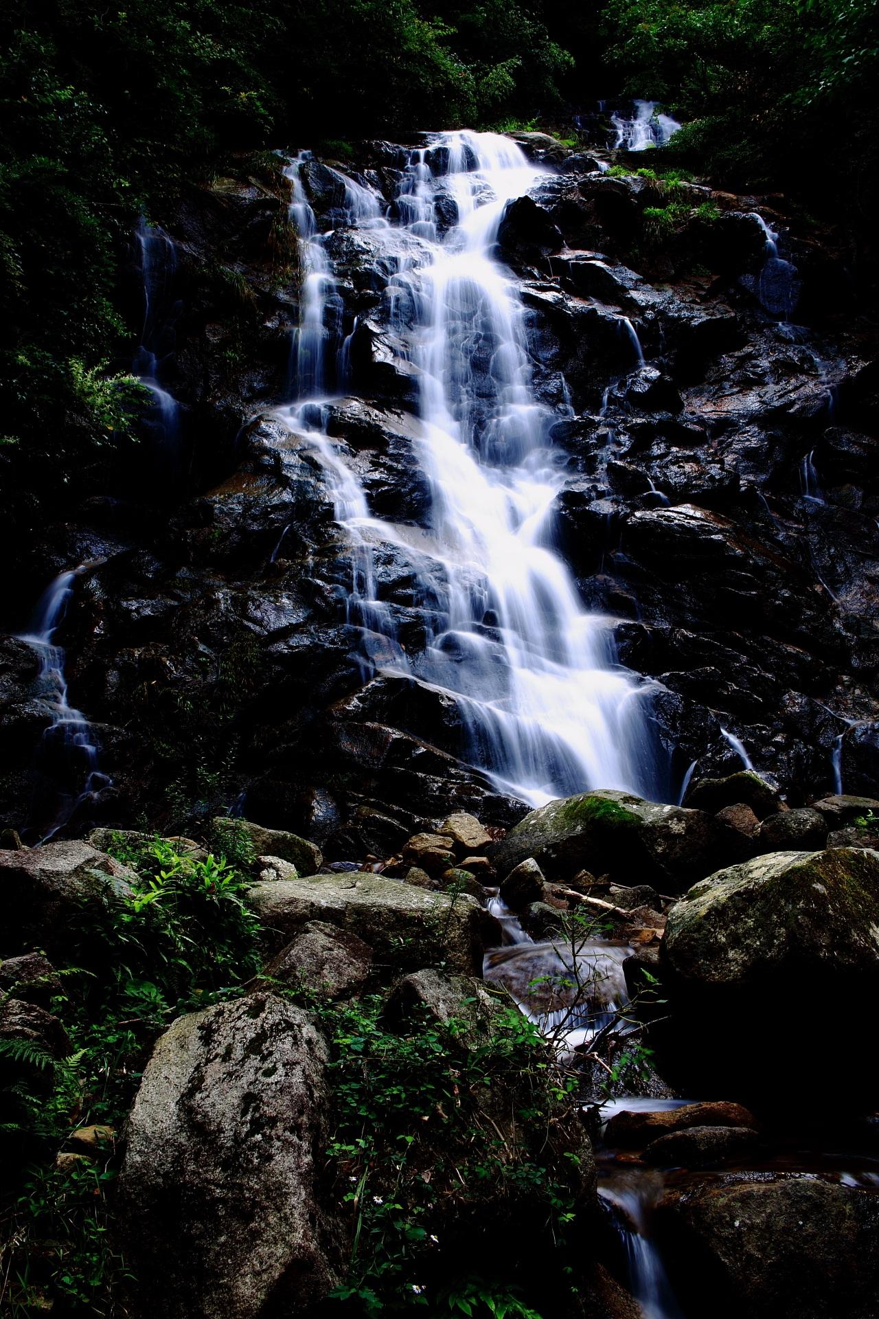 コントラスト強めで水の流れが光る滝