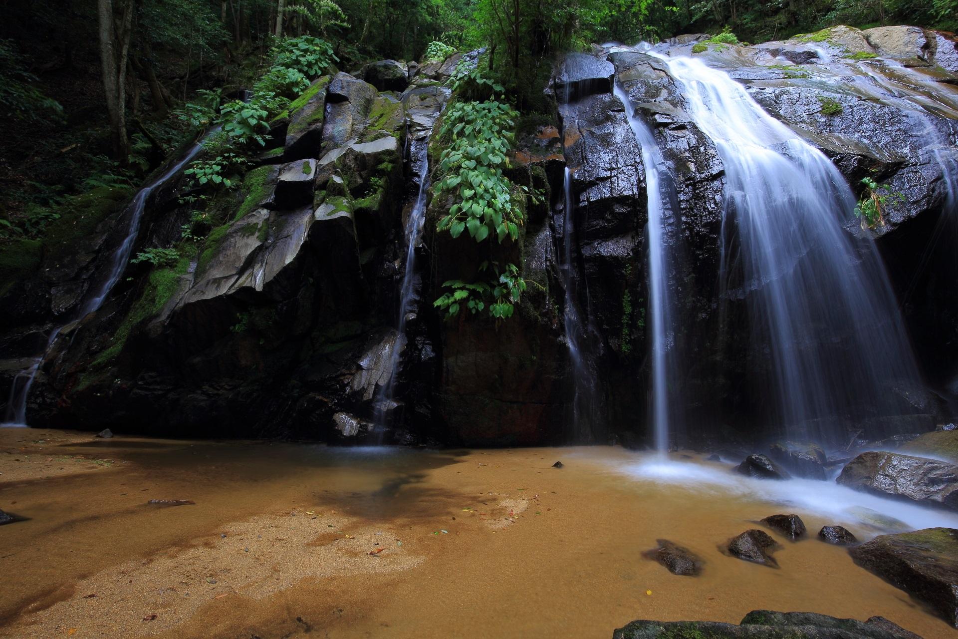 金引の滝の右の男滝と左の女滝