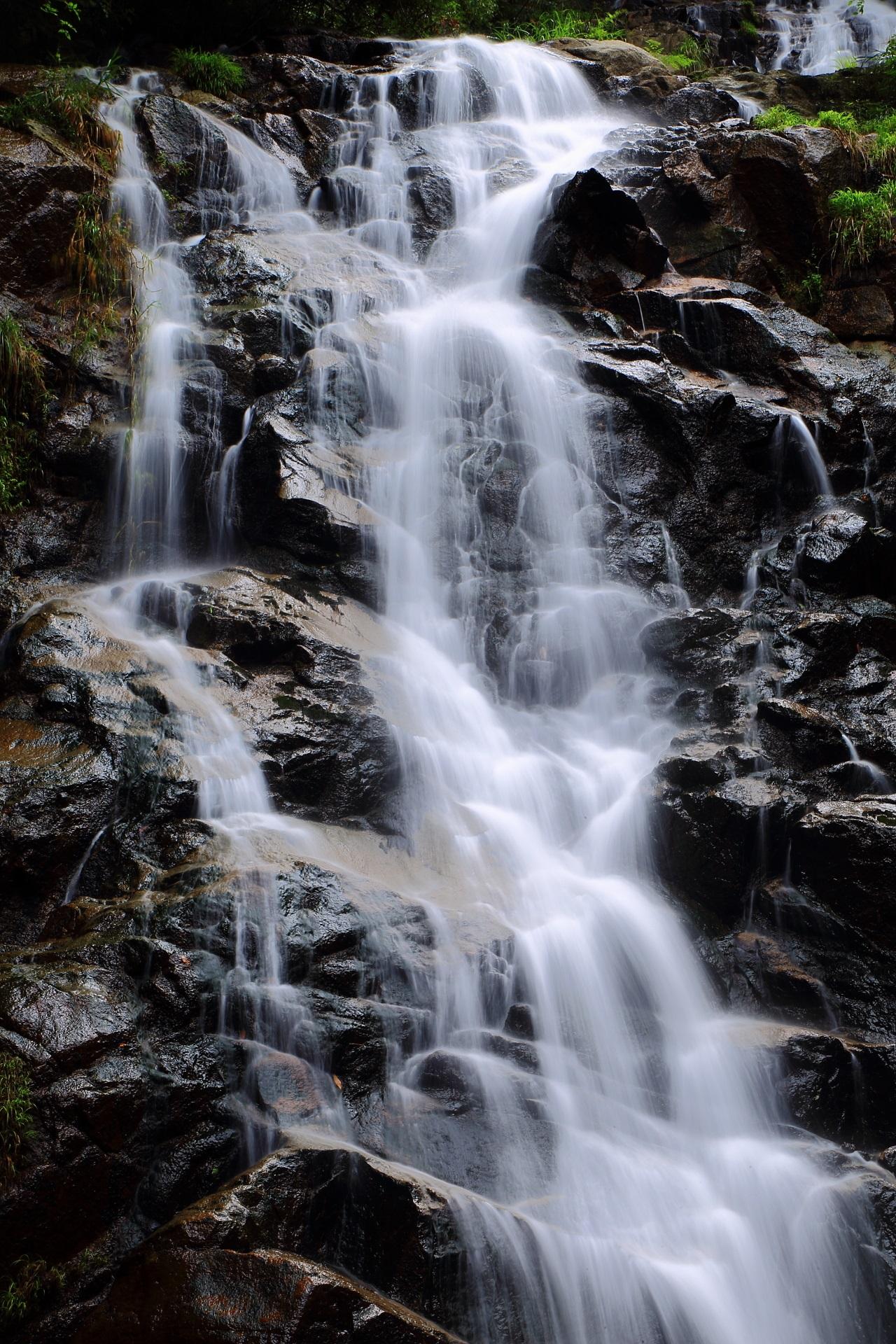 滝の名所の絶品の水の流れ