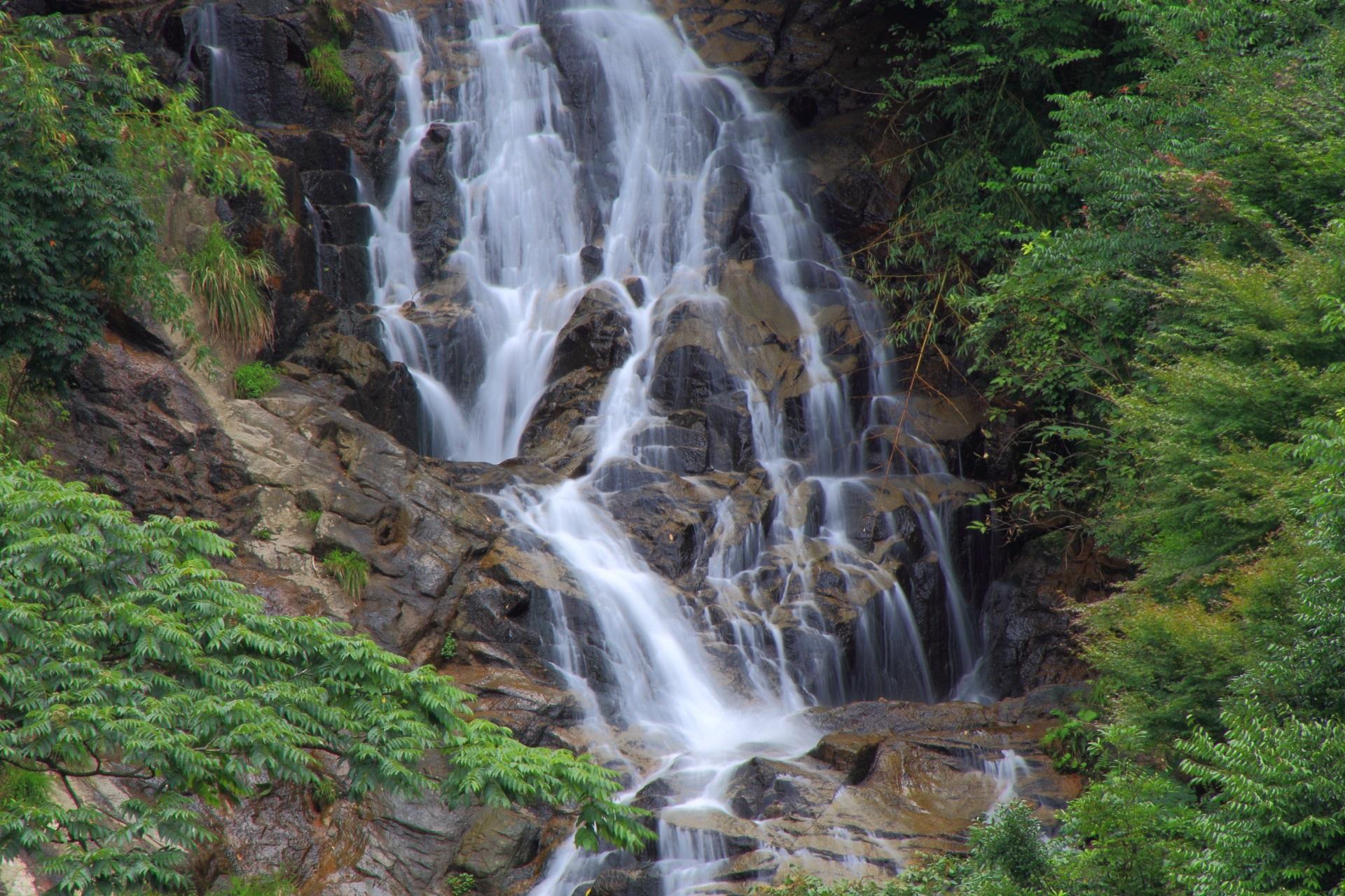 コントラスト緩めの柔らかい滝