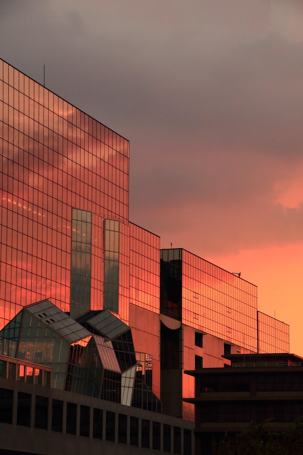 夕焼け空とともに雲も映し出す京都駅ビルのガラス