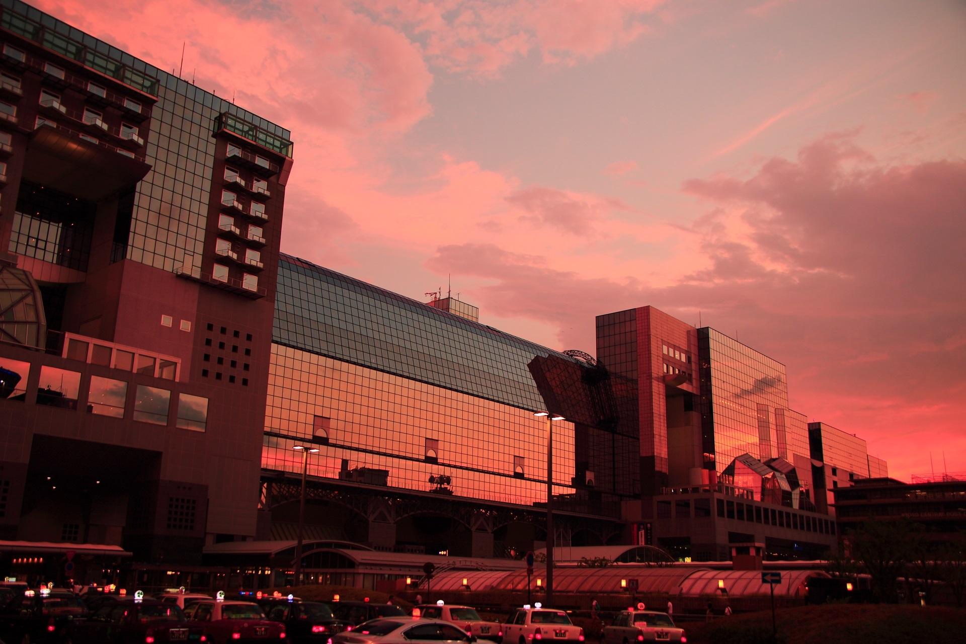 京都駅ビル 夕焼け ガラスが映す幻想的な夕暮れの空
