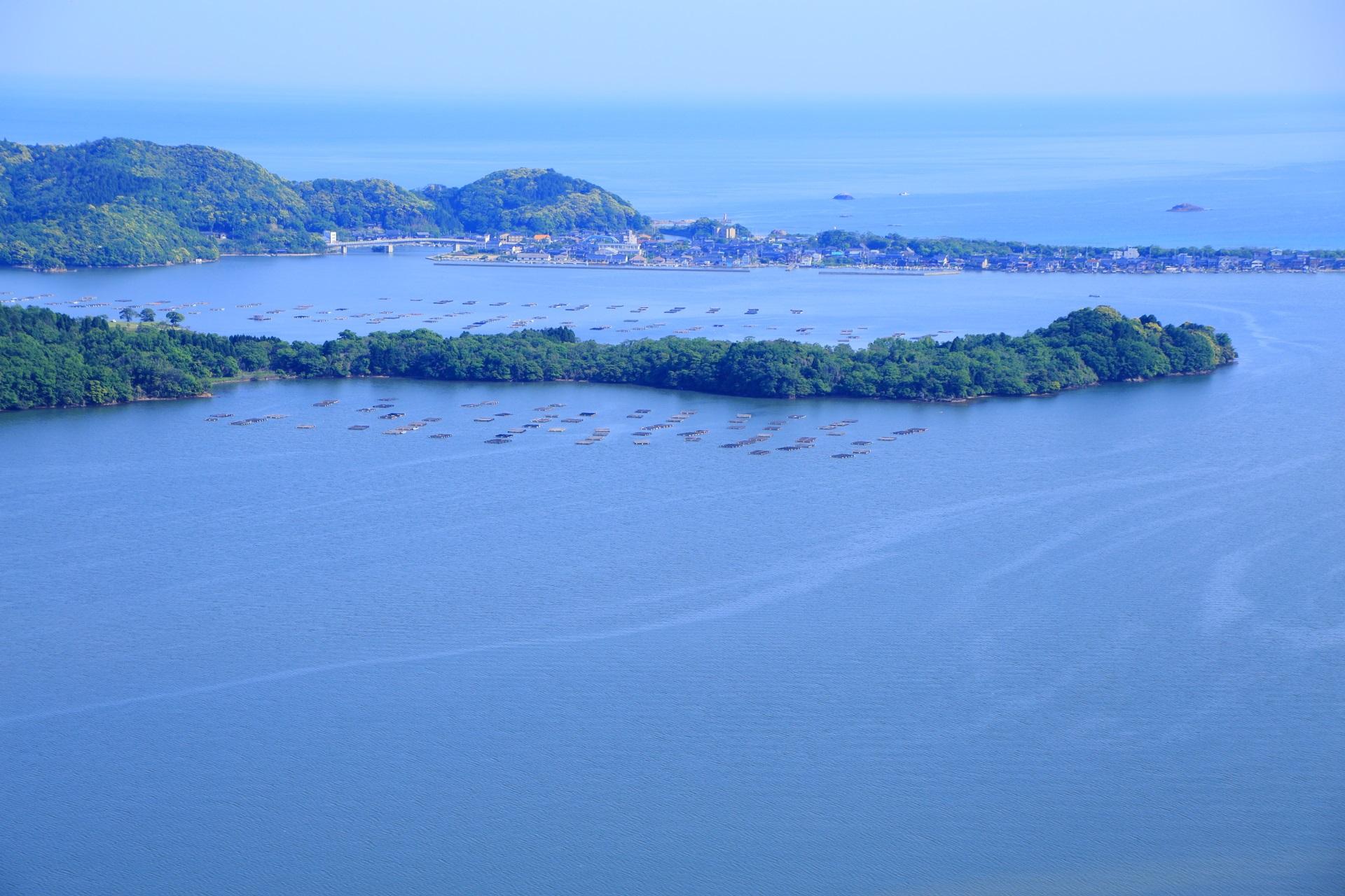 龍のように陸が伸びる久美浜湾と牡蠣の養殖
