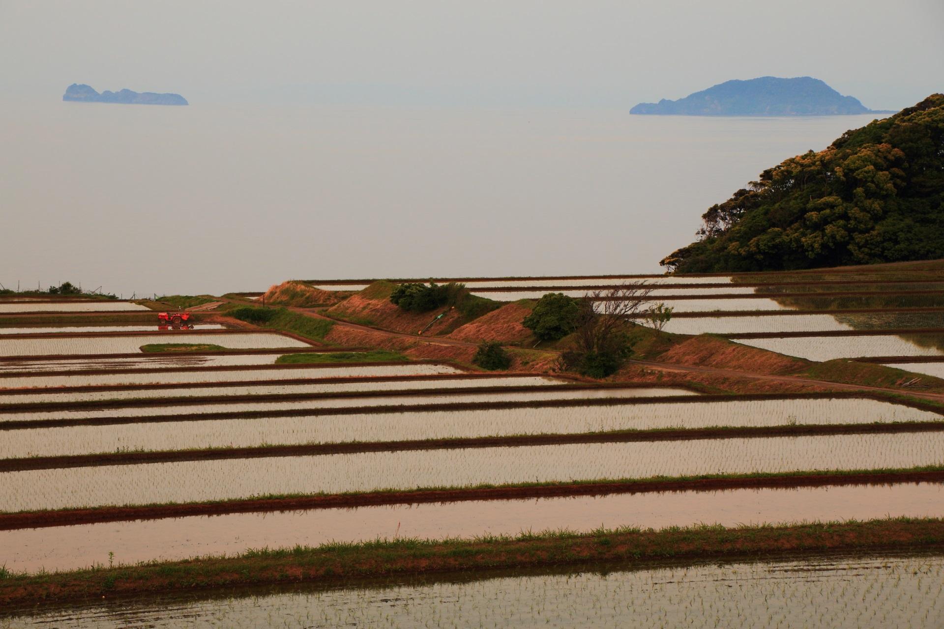 夕暮れの海にかすむ沓島(くつじま)と冠島(かんむりじま)
