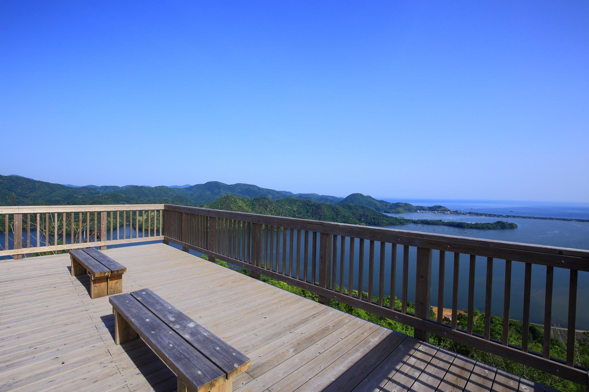 ゆっくり座って眼下に広がる最高の景色を眺められるかぶと山展望台