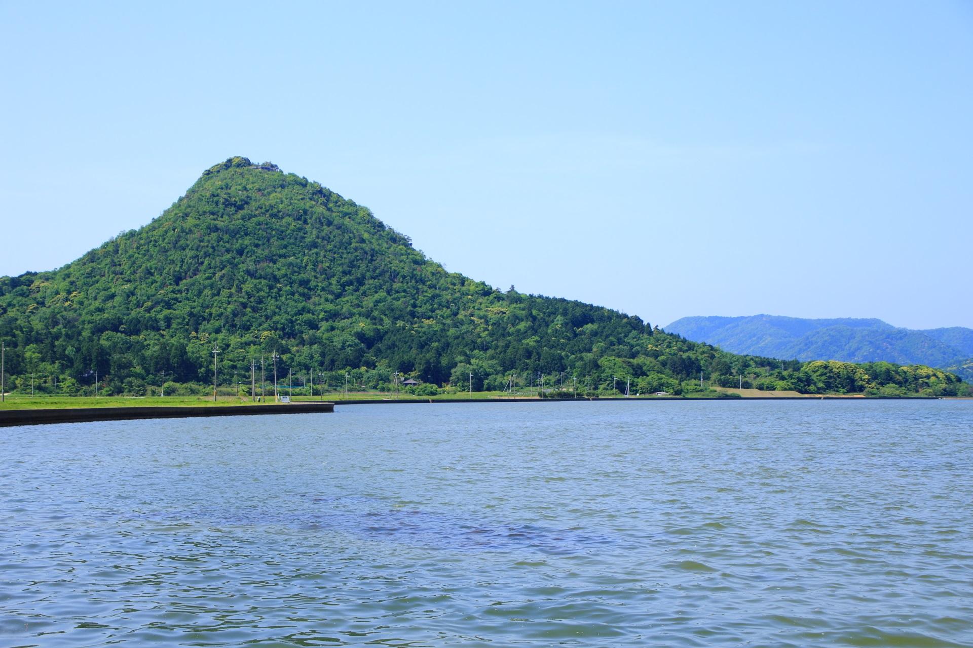 久美浜湾の畔から眺める標高190メートル程の兜山(かぶと山)
